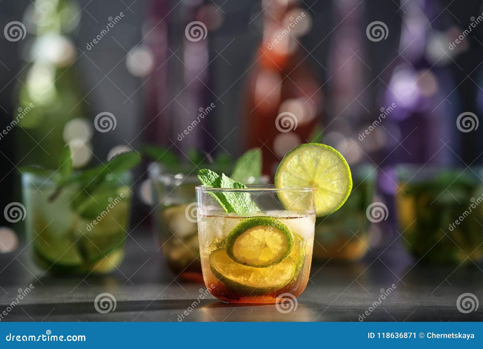 Glas mit köstlichem Cocktail der tadellosen Medizin
