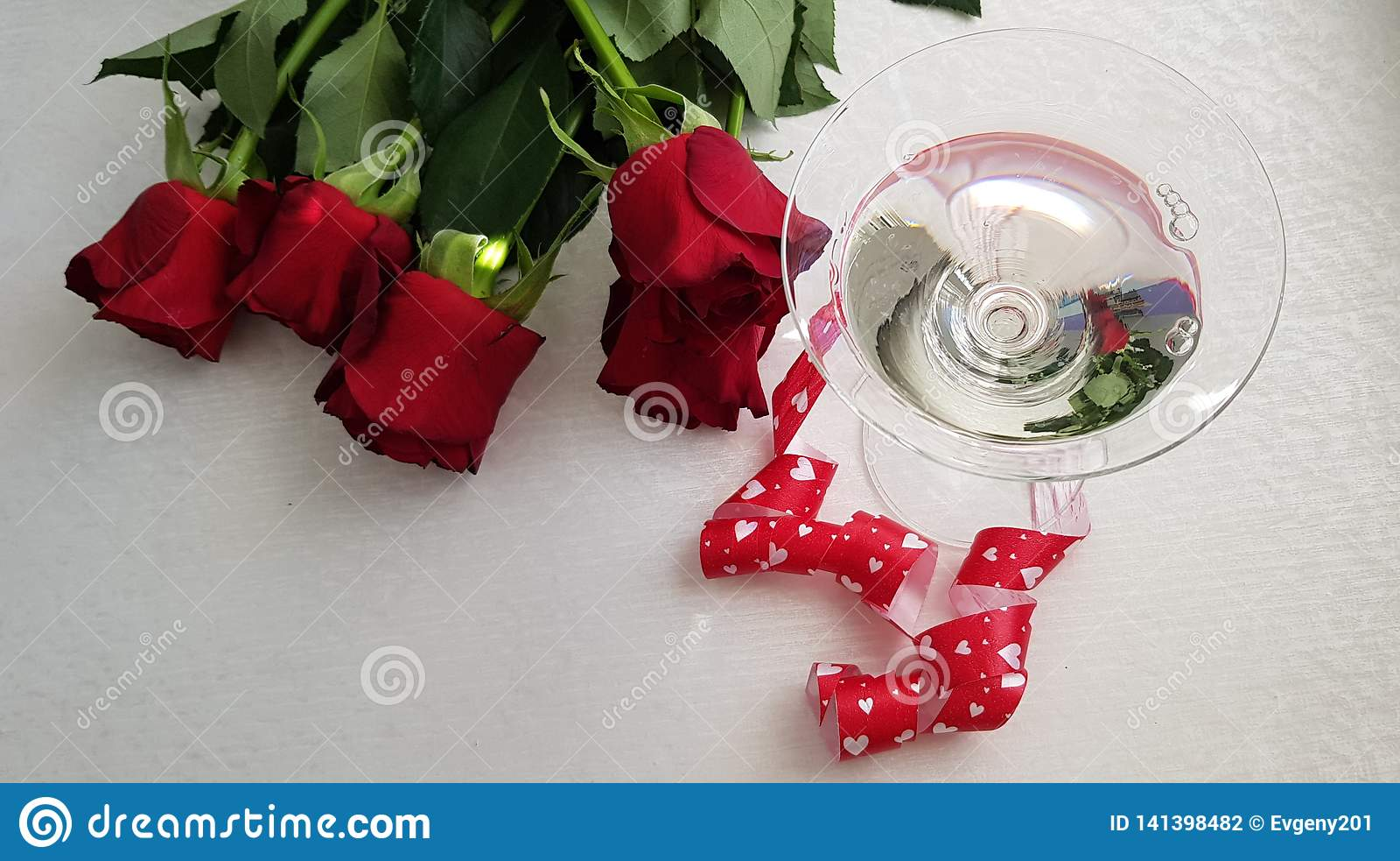 Glas mit Wermut Stading eingewickelt mit rotem Herzband