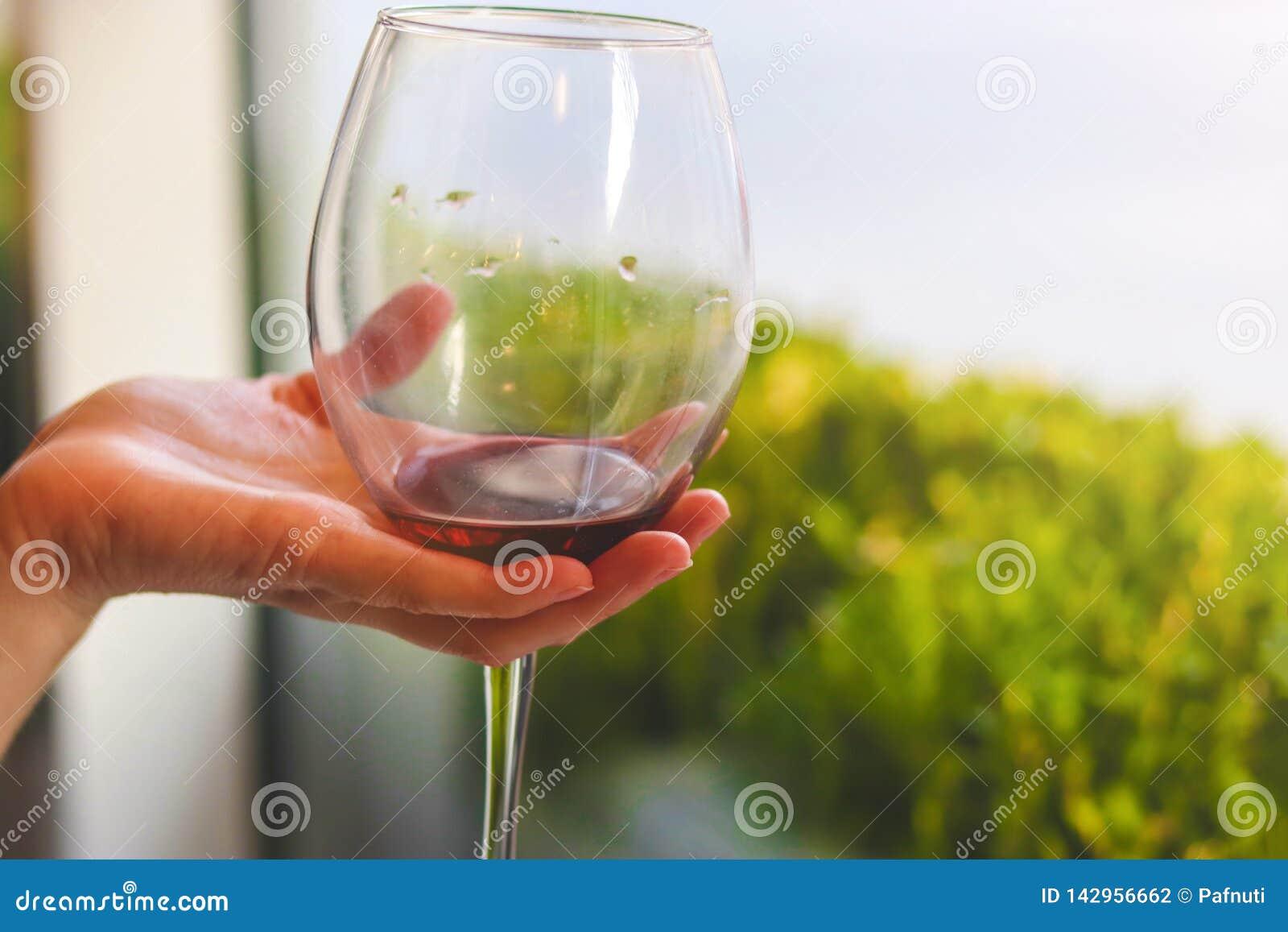 Glas rode wijn in de hand