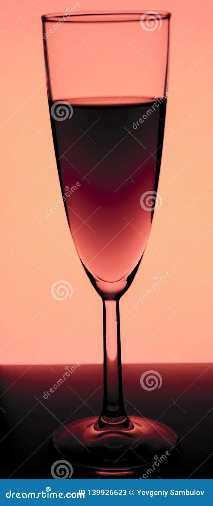 Glas of stemware met alcoholwijn, whisky, jenever, bier, rum, wodka, Schots, cognac, alcoholische drank, brandewijn, alsem of coc