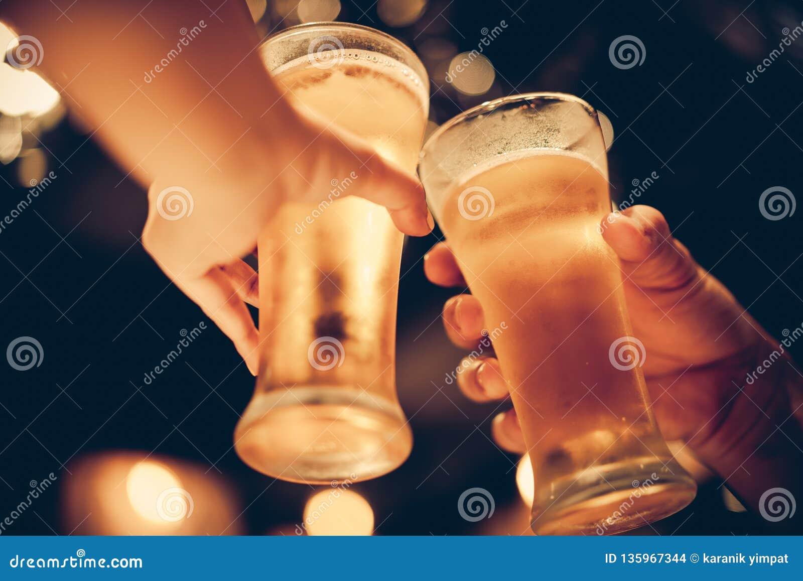 Glas Unterseiten des kalten Bieres oben mit schönem bokeh, Freunde trinken Bier zusammen