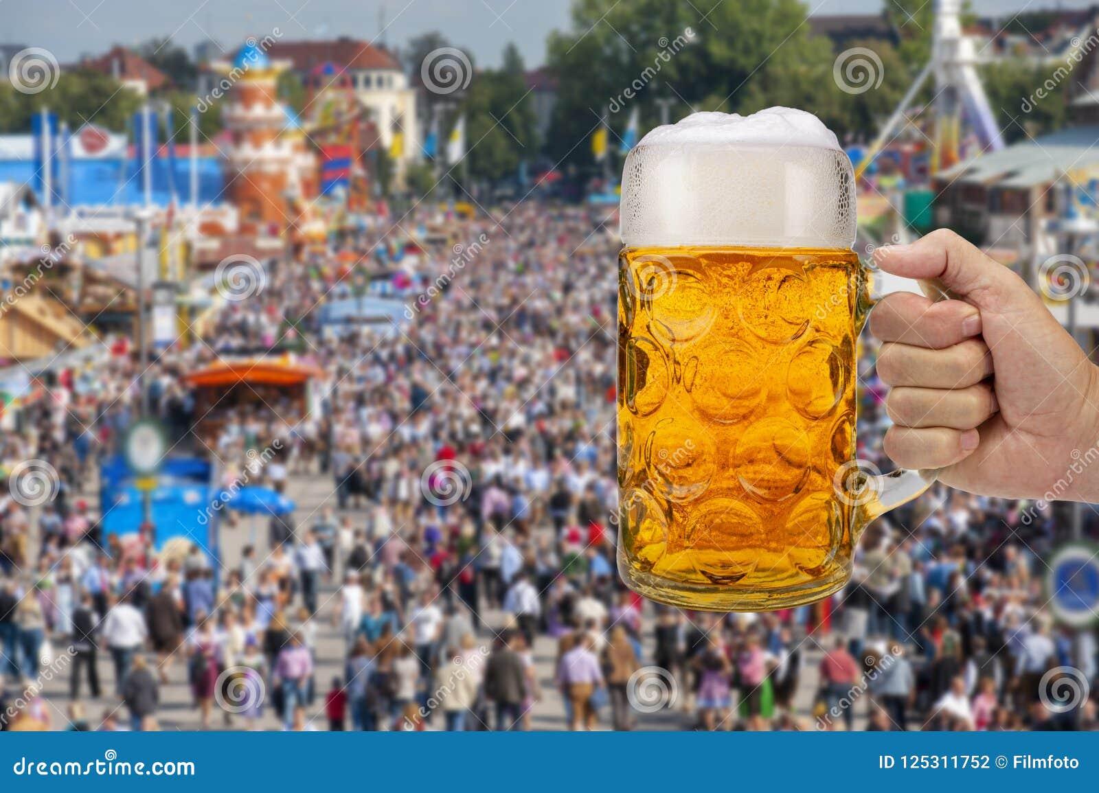 Glas van bierholding ter beschikking in Oktoberfest in München