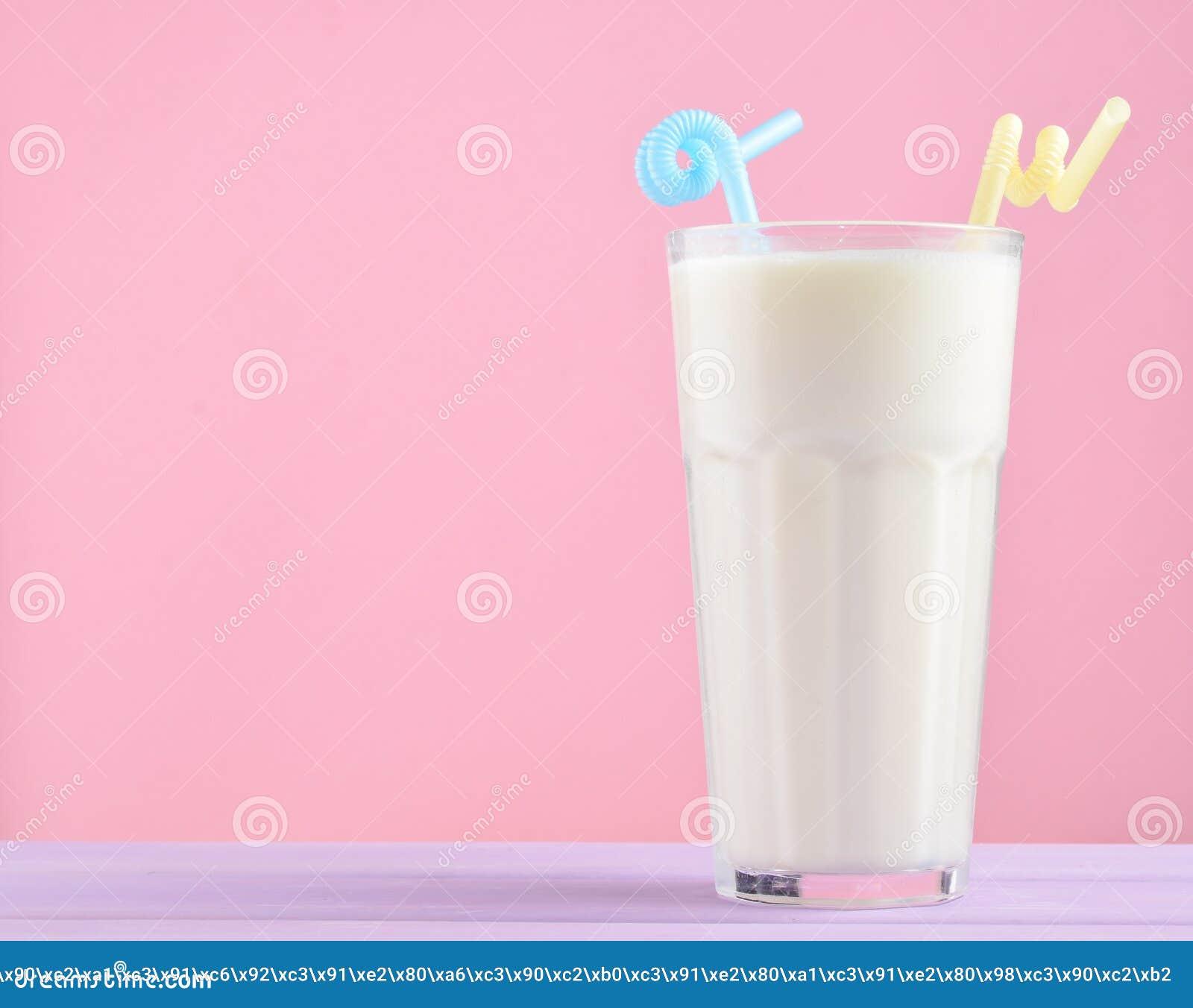 Glas van milkshake met een stro op een pastelkleur houten die lijst op roze wordt geïsoleerd De ruimte van het exemplaar