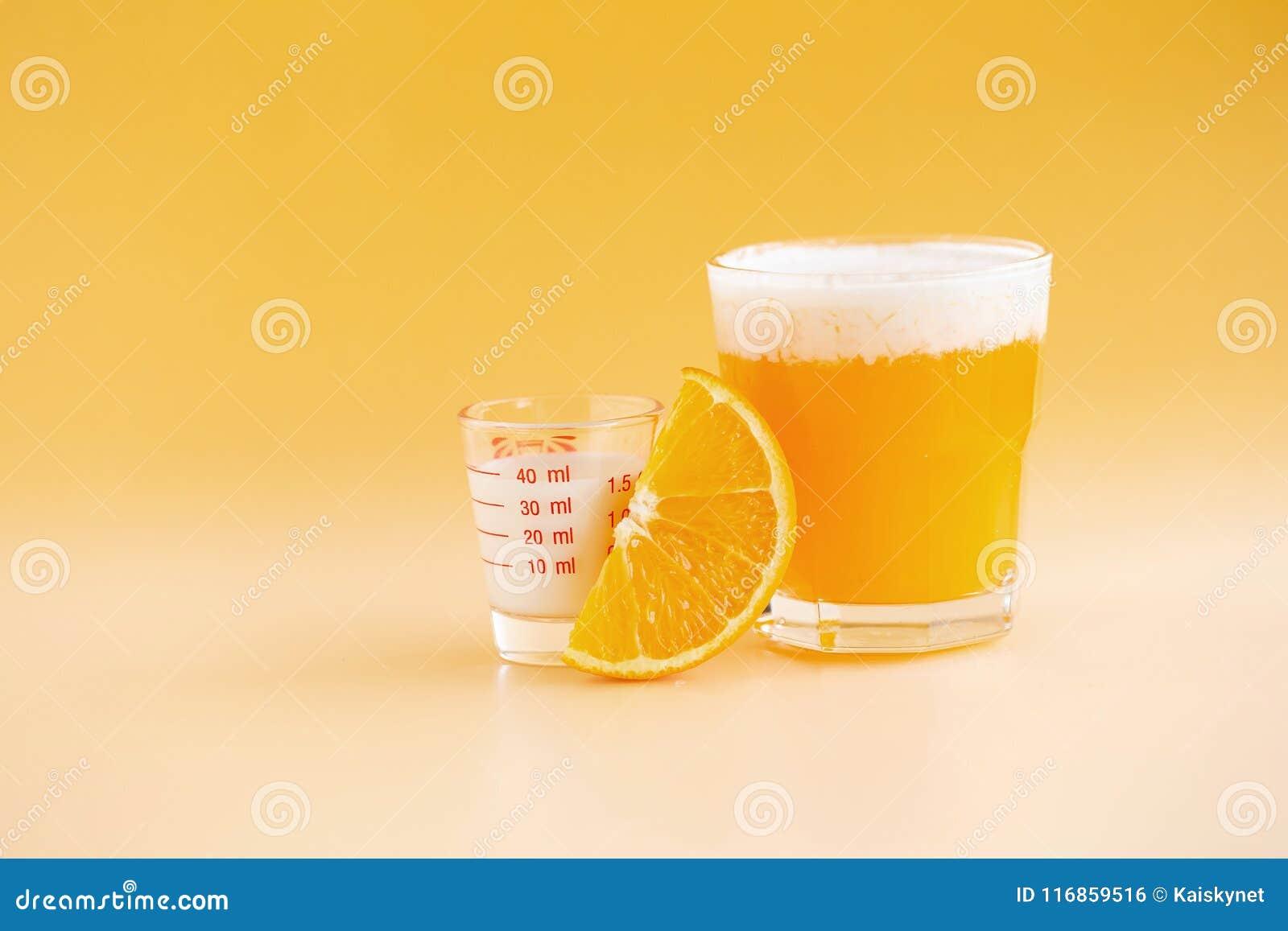 Glas van Oranje die Smoothie vers op oranje wordt gedrukt backgroun