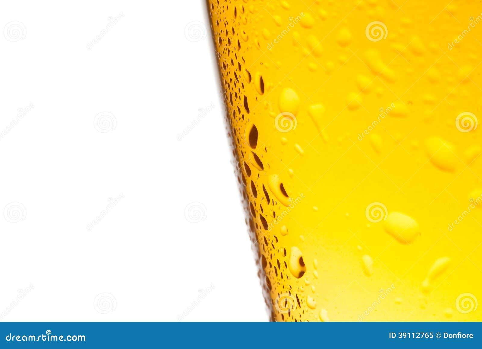 Glas vers bier met dalingen op witte achtergrond