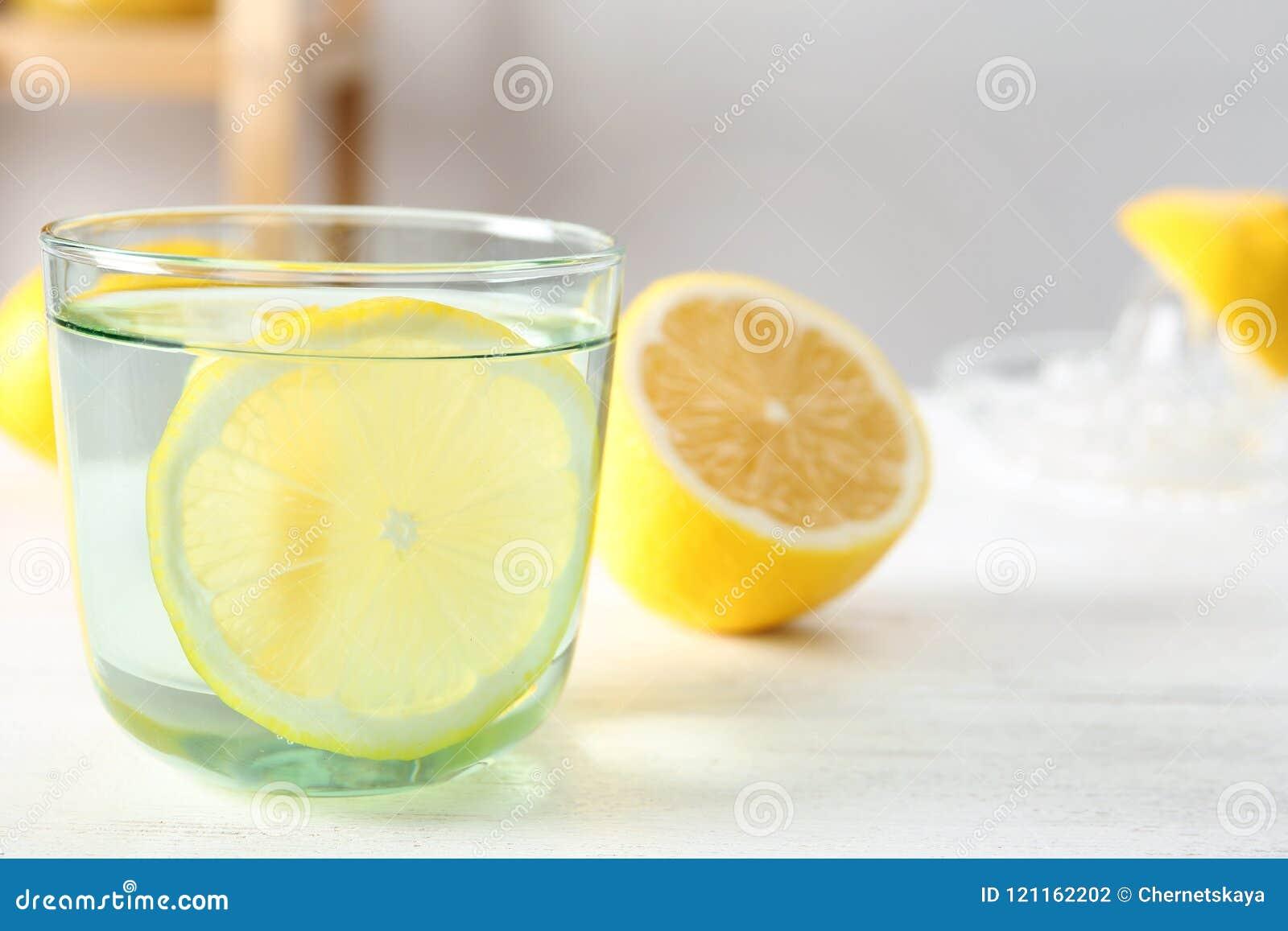 Glas water met citroenplak