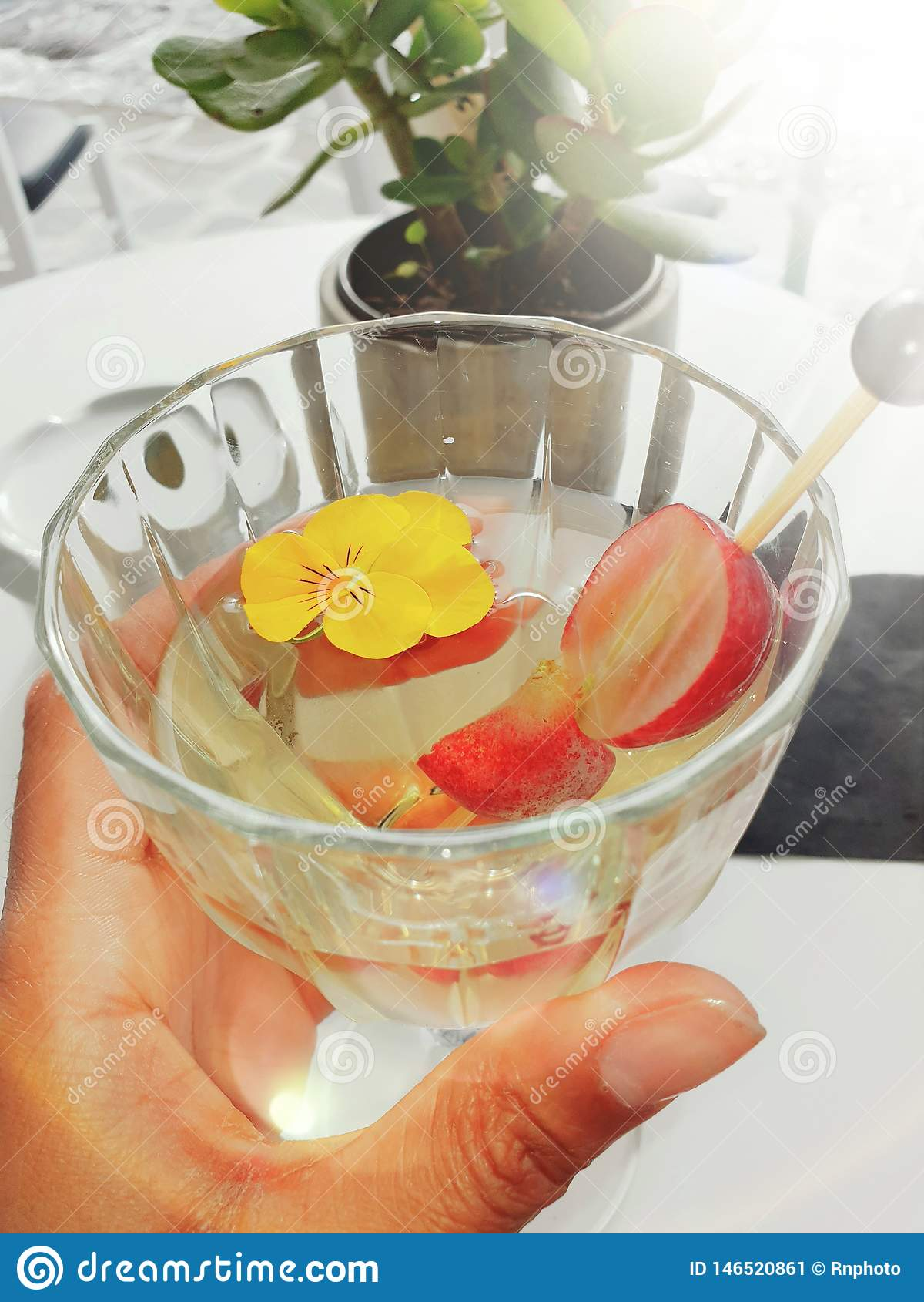Glas Wein am Feiertag mit Frucht