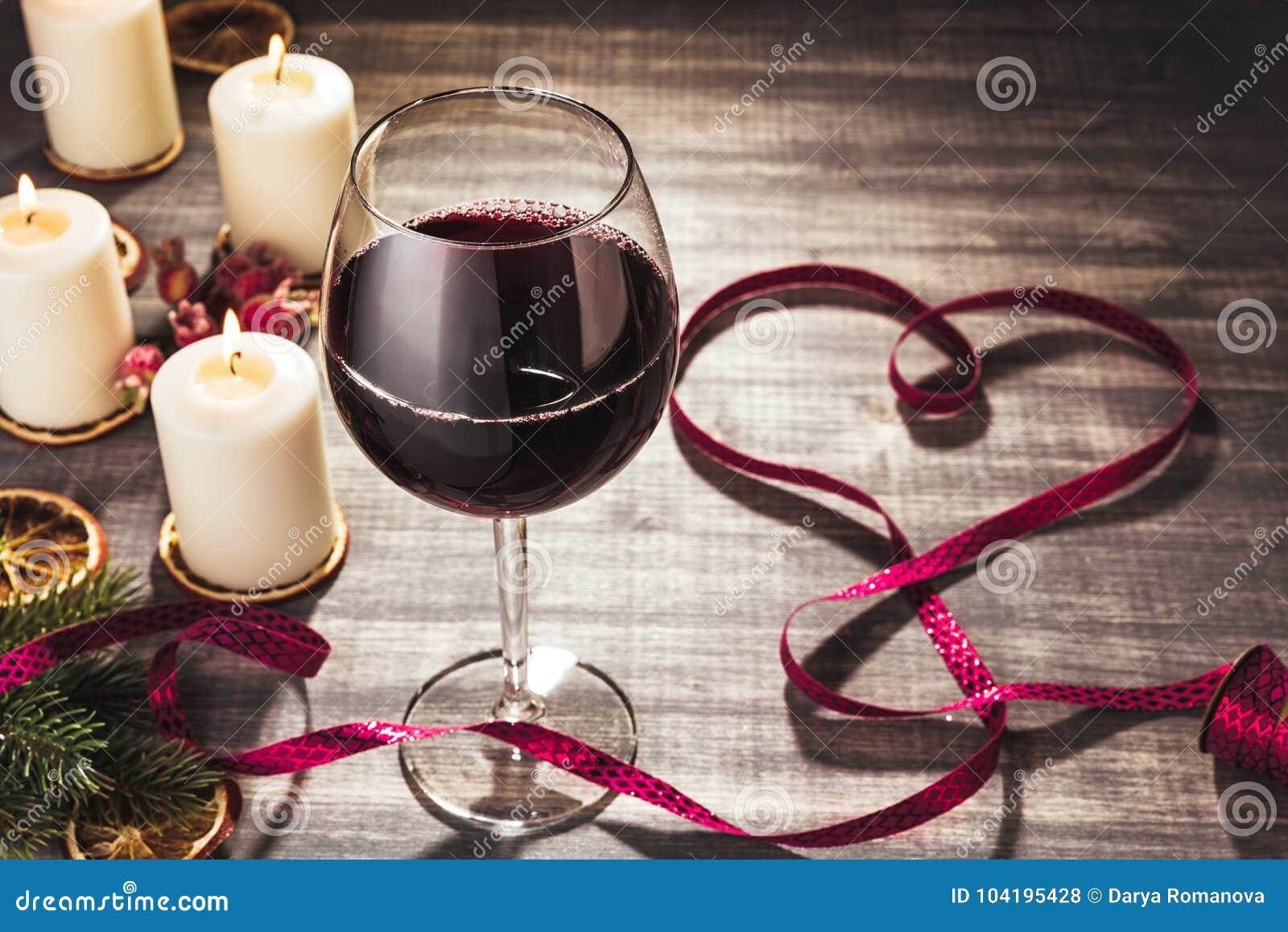 Glas wijn en brandende kaarsen