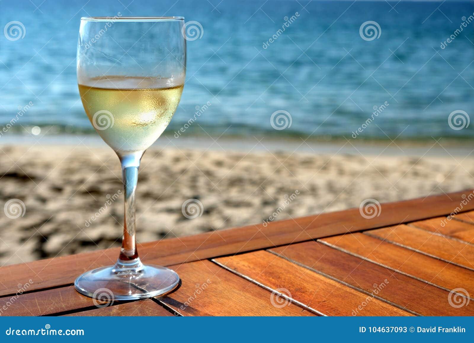 Download Glas Witte Wijn Op Mediterrane Strandlijst Stock Afbeelding - Afbeelding bestaande uit lijst, glas: 104637093