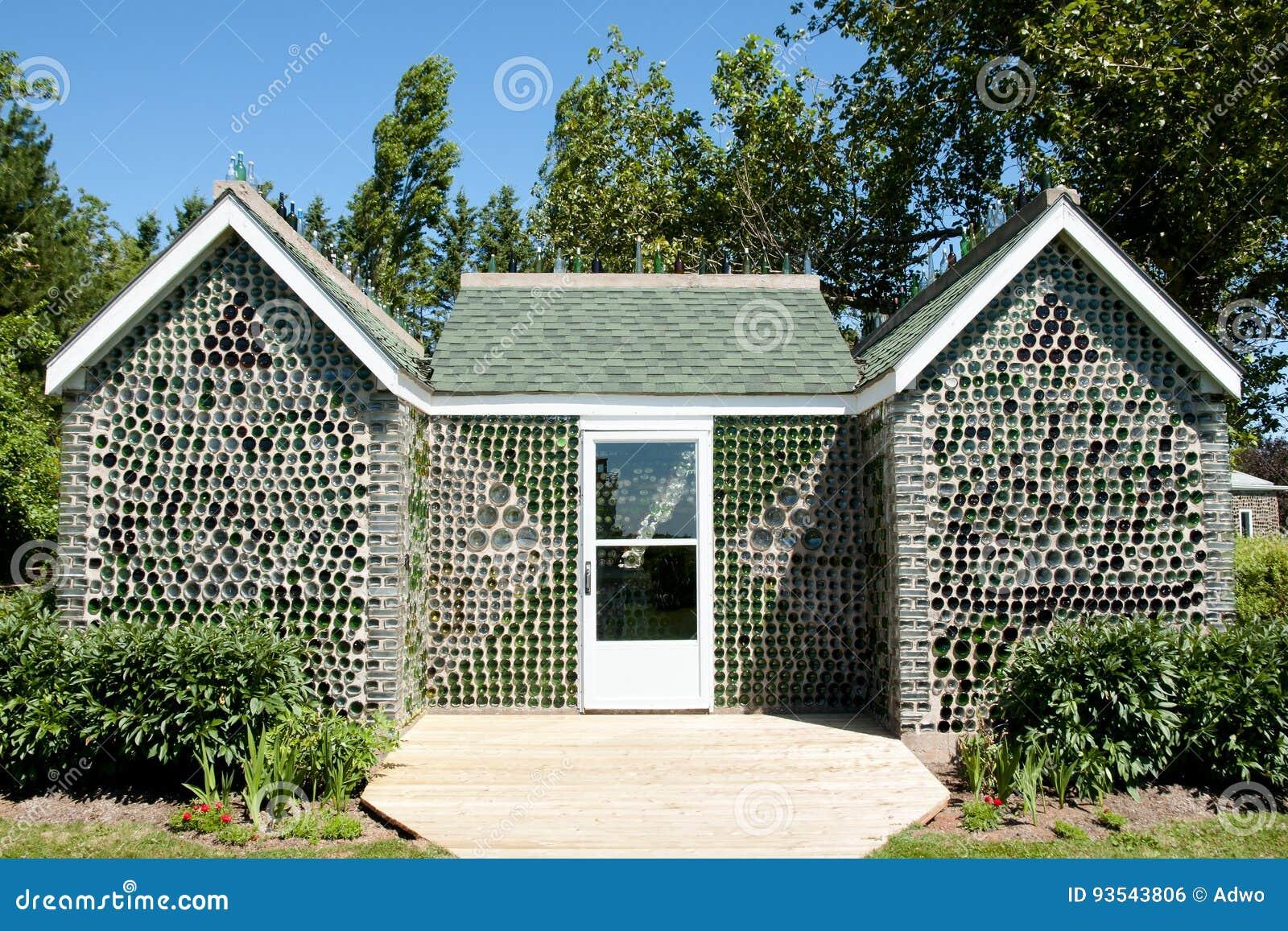 glasflaschen haus prinz edward island kanada redaktionelles foto bild von farbe recycle. Black Bedroom Furniture Sets. Home Design Ideas