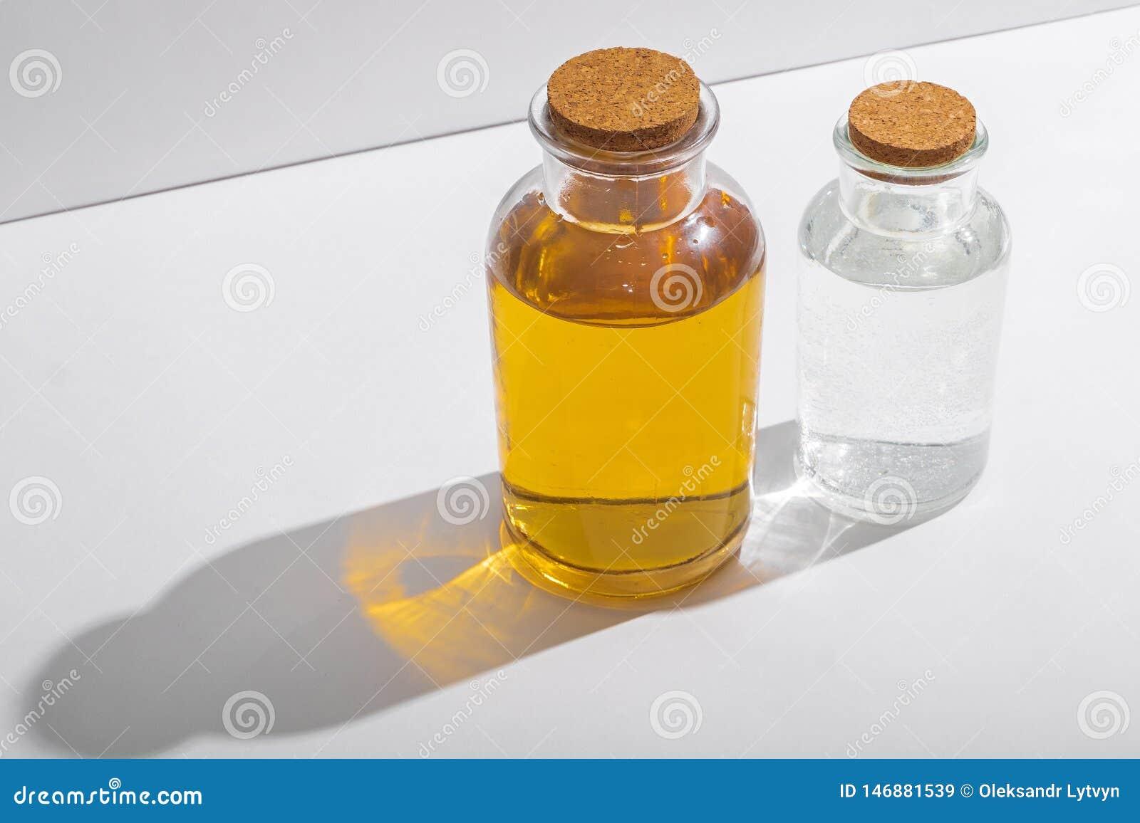 Glasflaschen mit Korkendeckeln auf einem wei?en Hintergrund, Seitenansicht