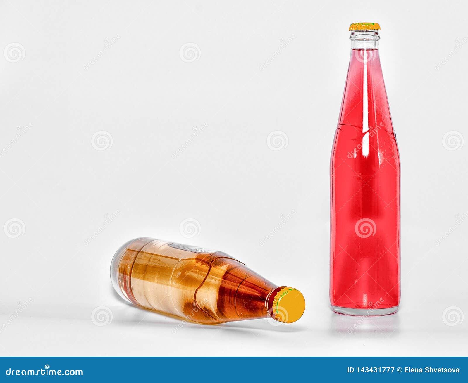 Glasflessen met rode en gele drank op een witte achtergrond Front View