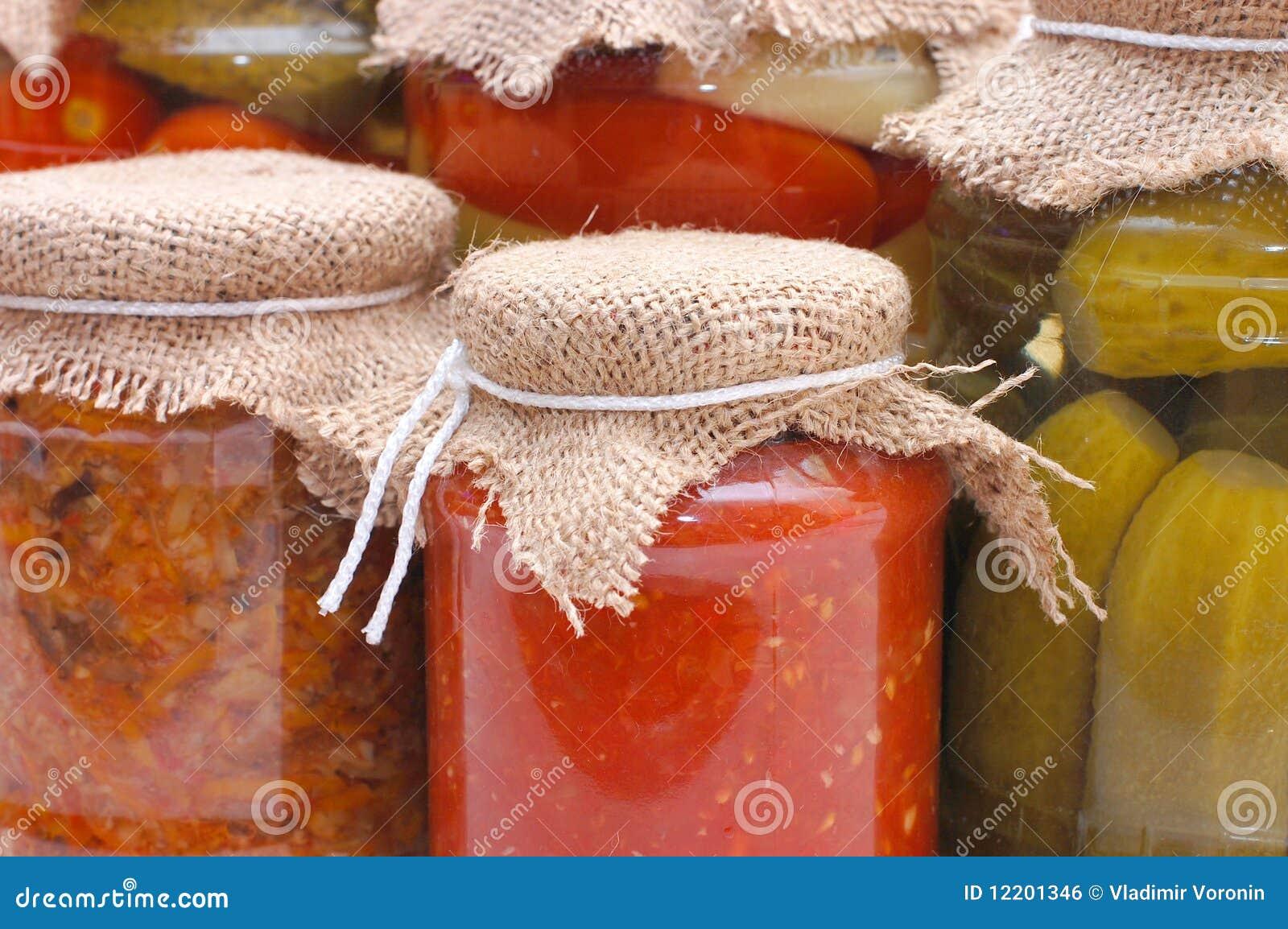 Glasgläser mit konserviertem Gemüse