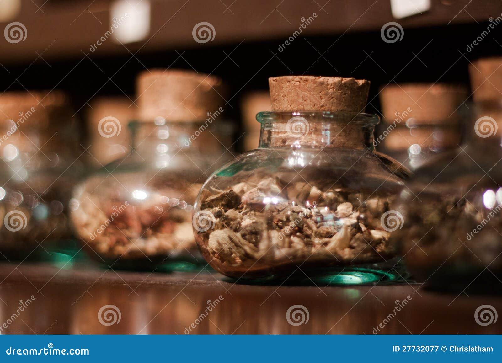 Glasgläser mit Kräutern, Gewürzen und Tee
