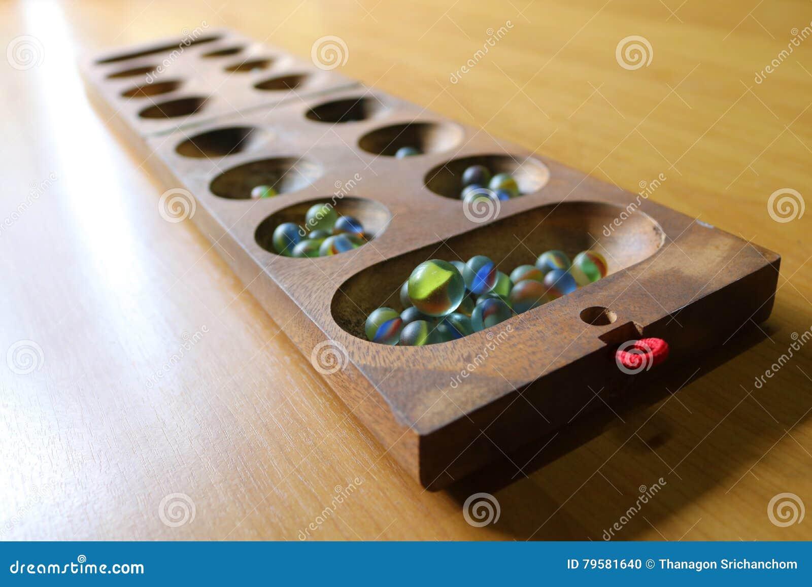 Glaskugel spielt auf dem Tisch