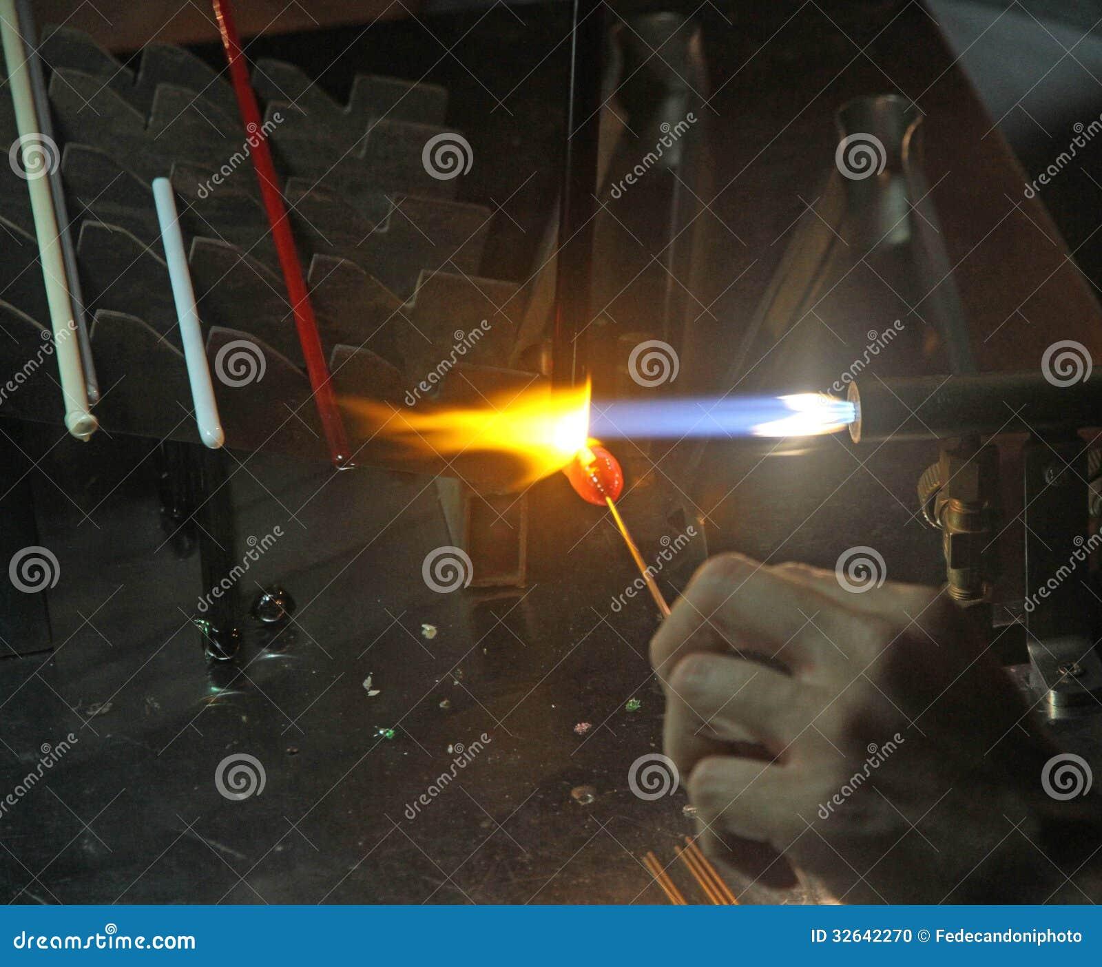 Glasmästare med den tända gasfacklan, medan blanda ett stycke av exponeringsglas 2