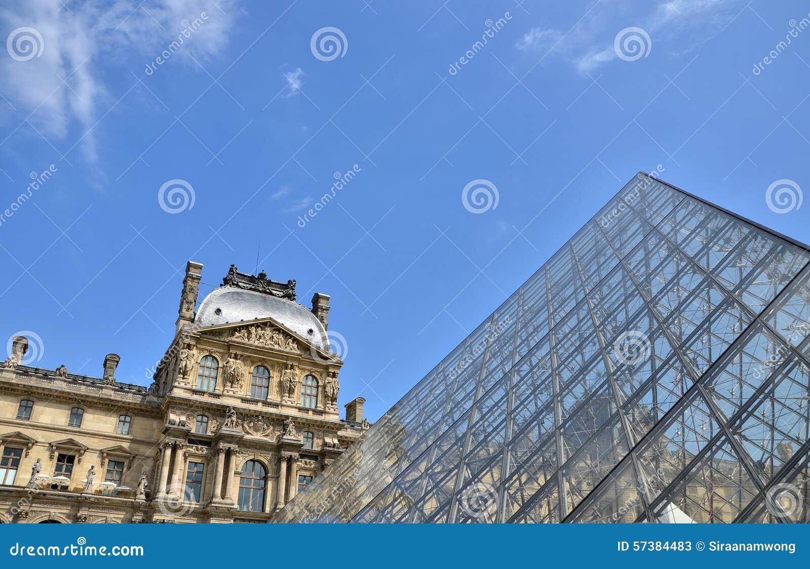 Glaspiramide bij Louvremuseum in Parijs