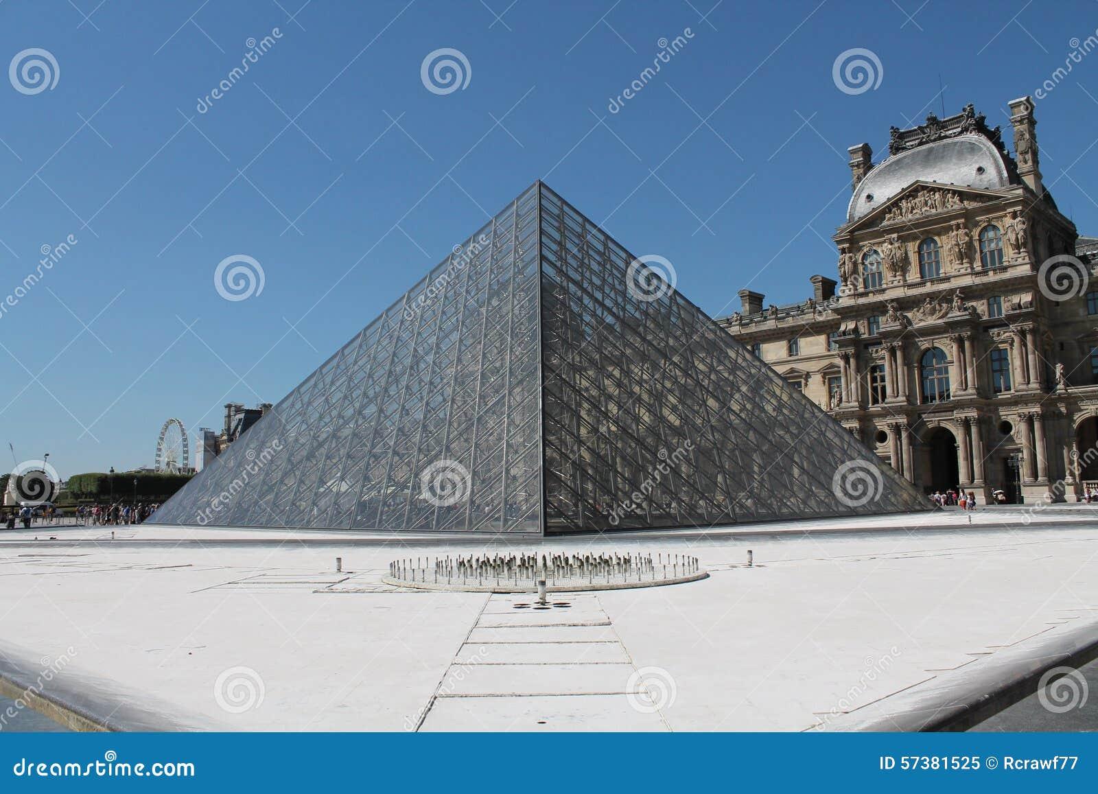 Glaspiramides buiten het Louvre, door I wordt ontworpen die M pei