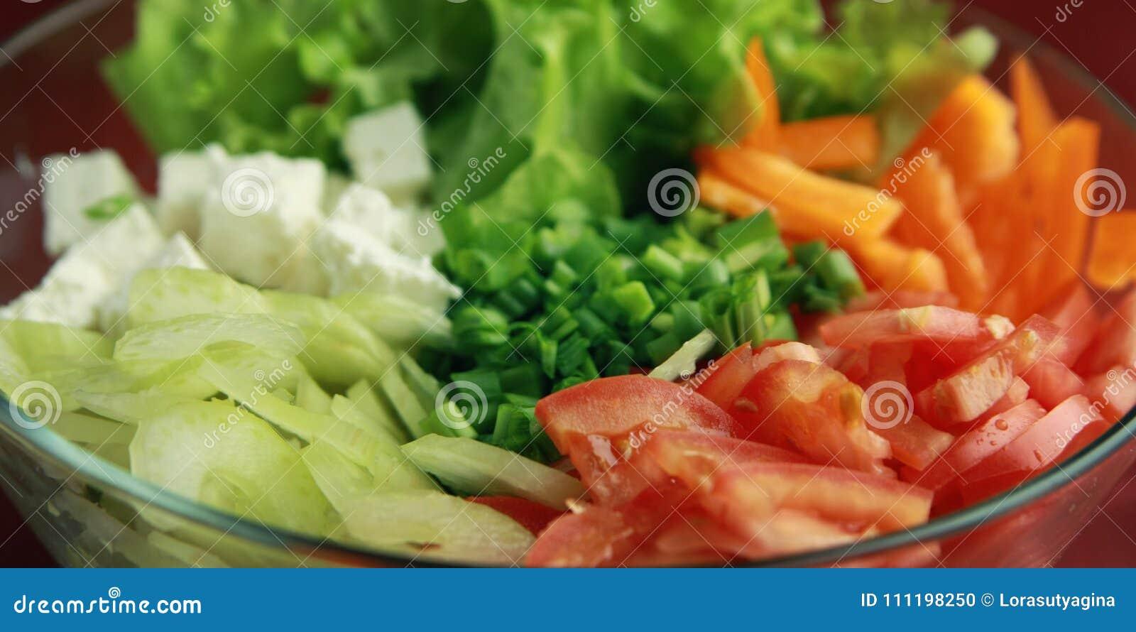 Glass bunke med cutted grönsaker close upp