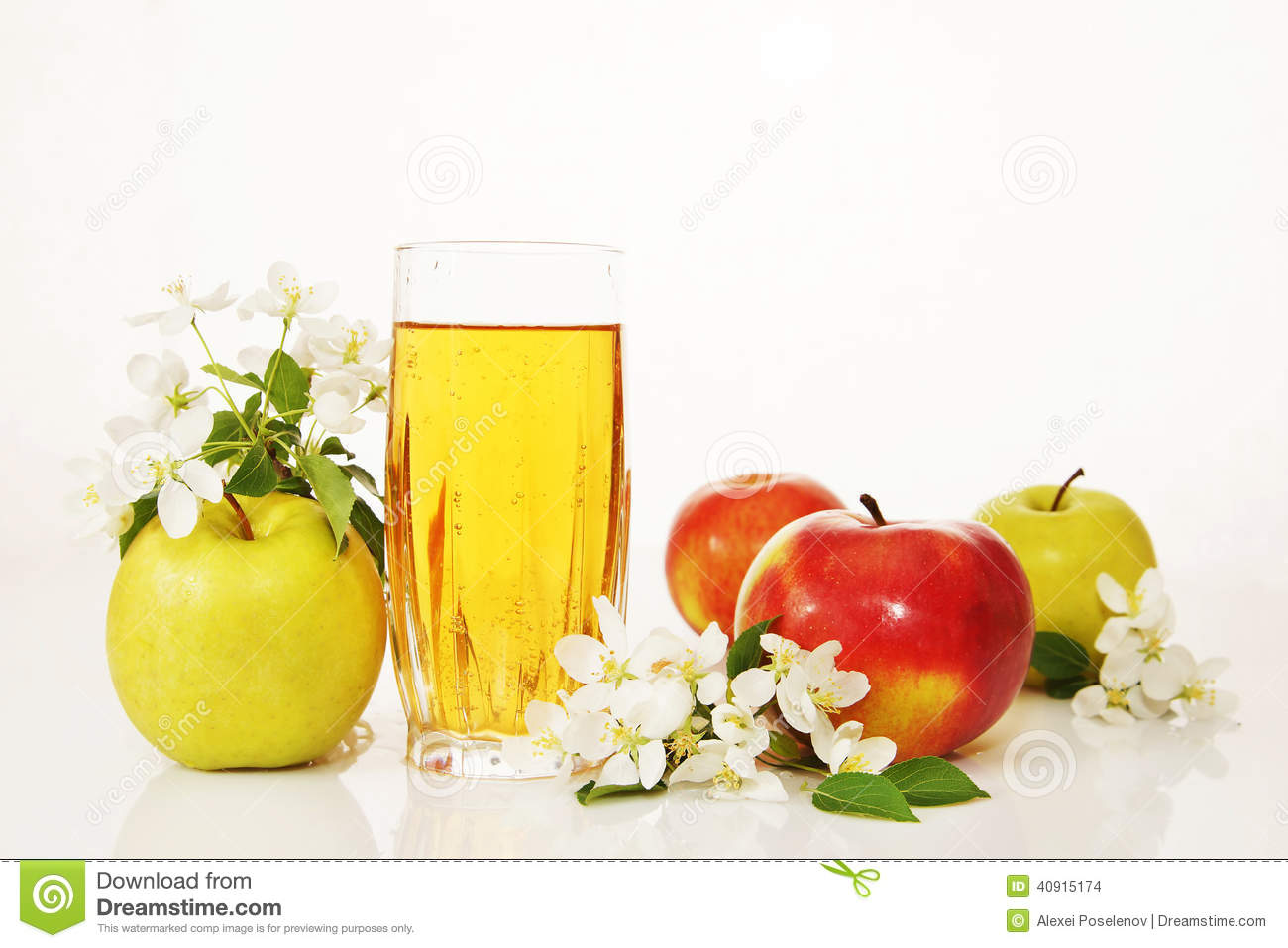 Glass of fresh apple juice and ripe apples