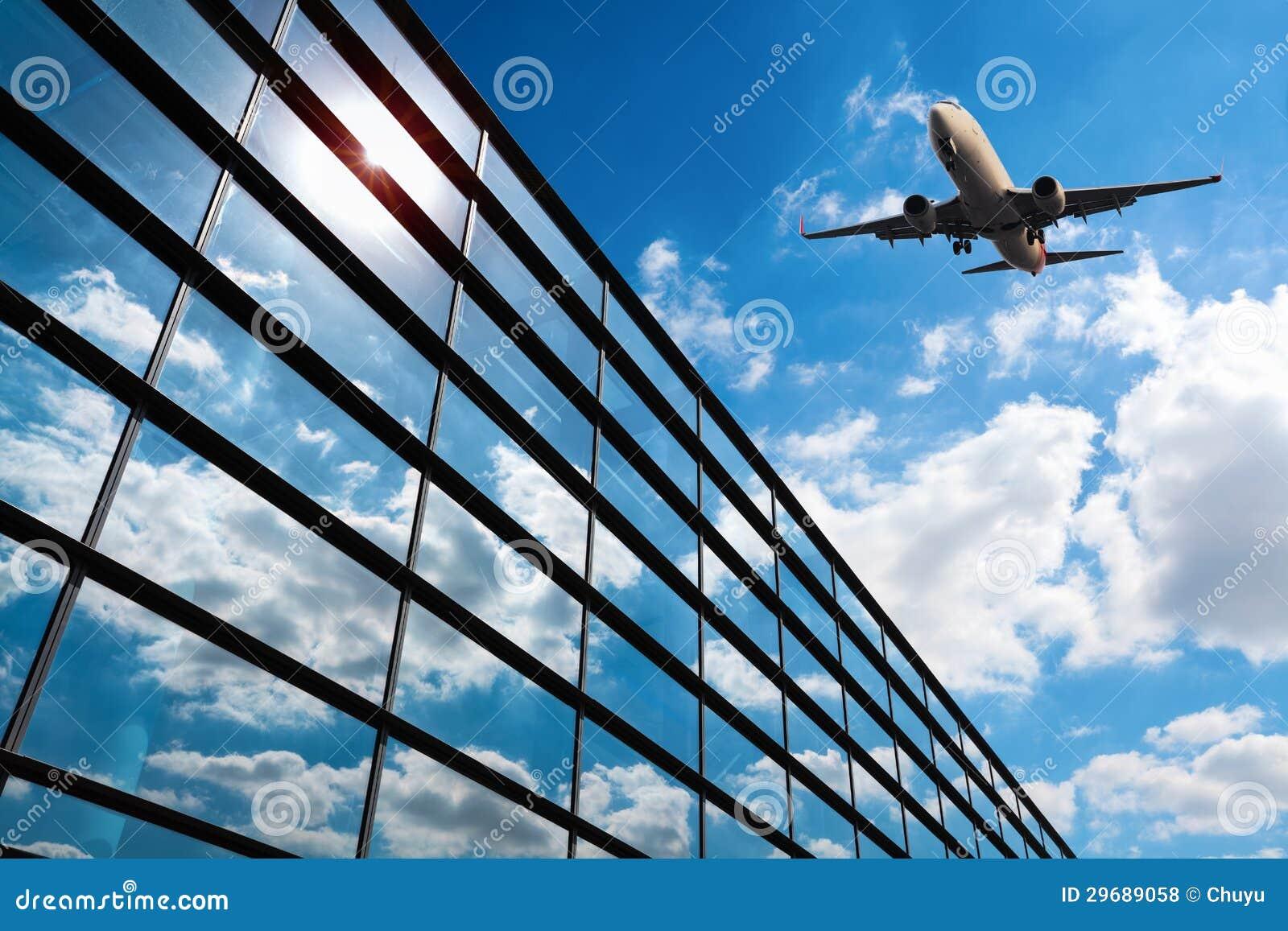 Glass gardinvägg och flygplan