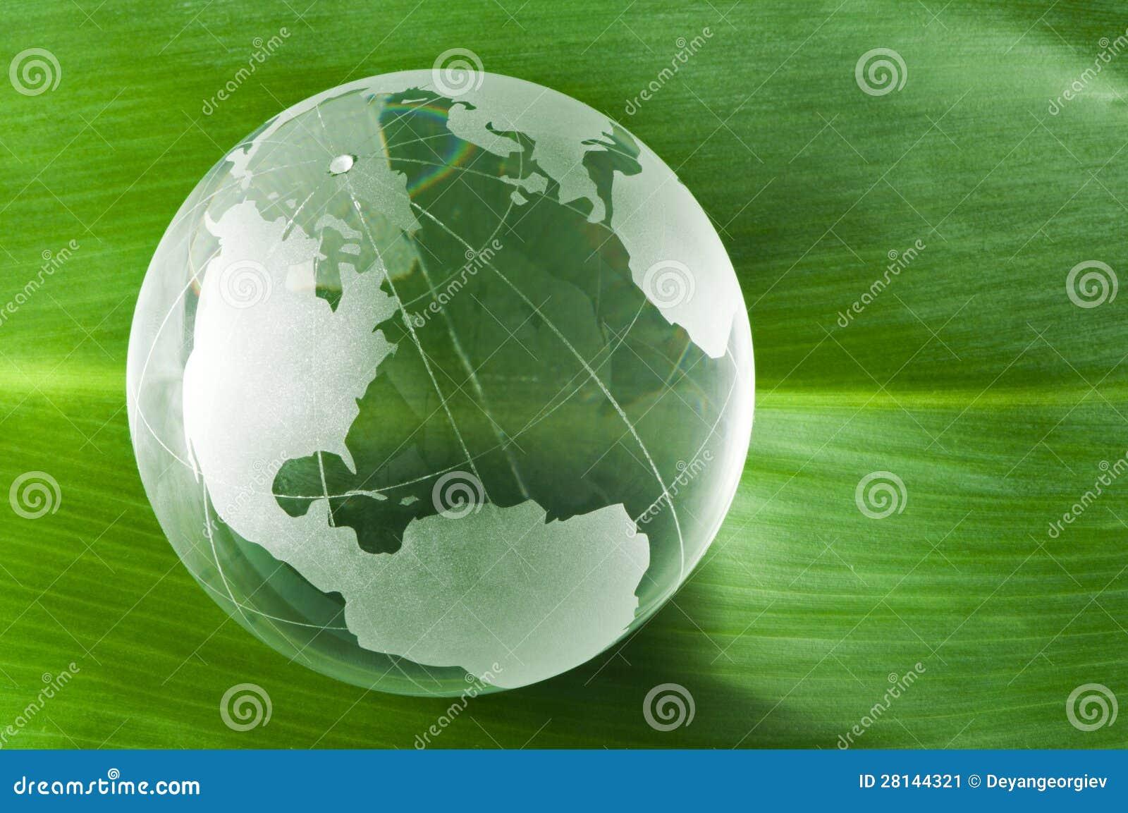 Glass jordklot på den gröna leafen