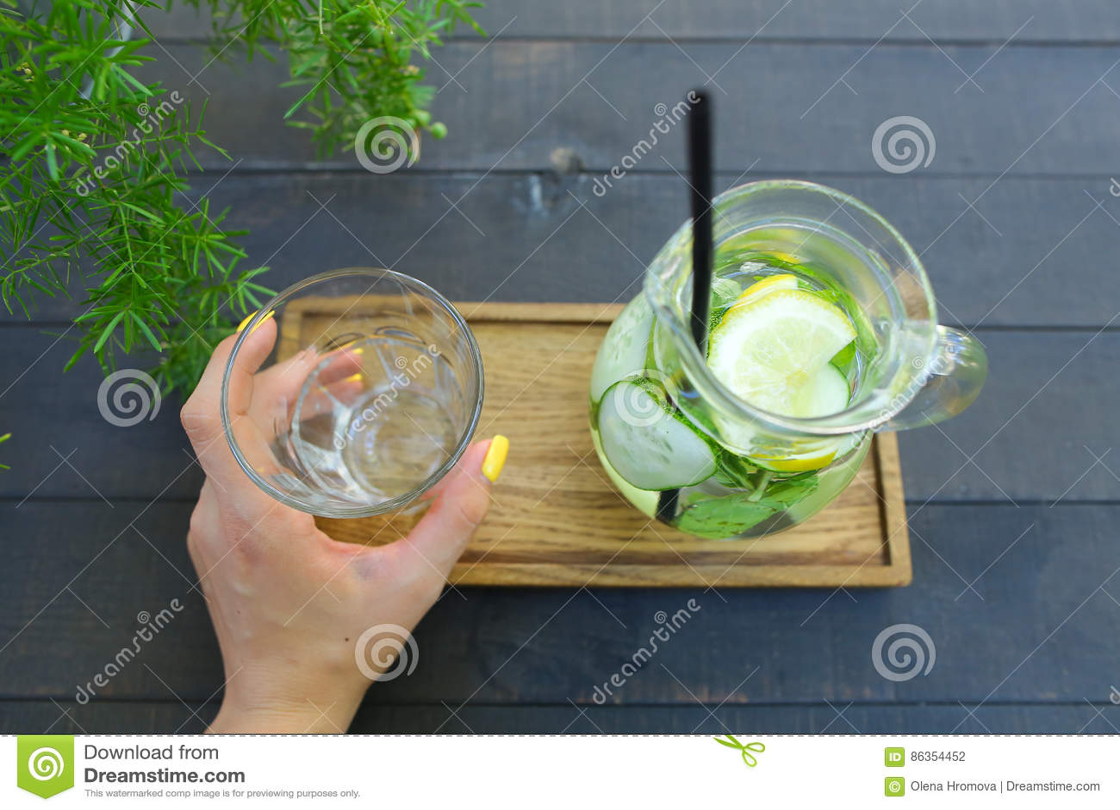 Glass karaff och exponeringsglas fasetterad kopp som rymms i handen s