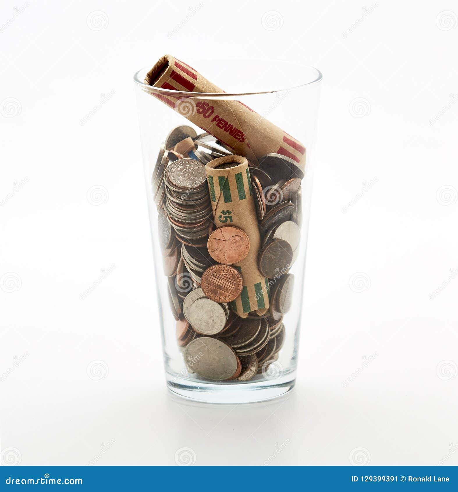 Glass krus av mynt i kopp på kassa för marknad för ändring för rikedom för finans för dollar för bank för skuld för besparingar f