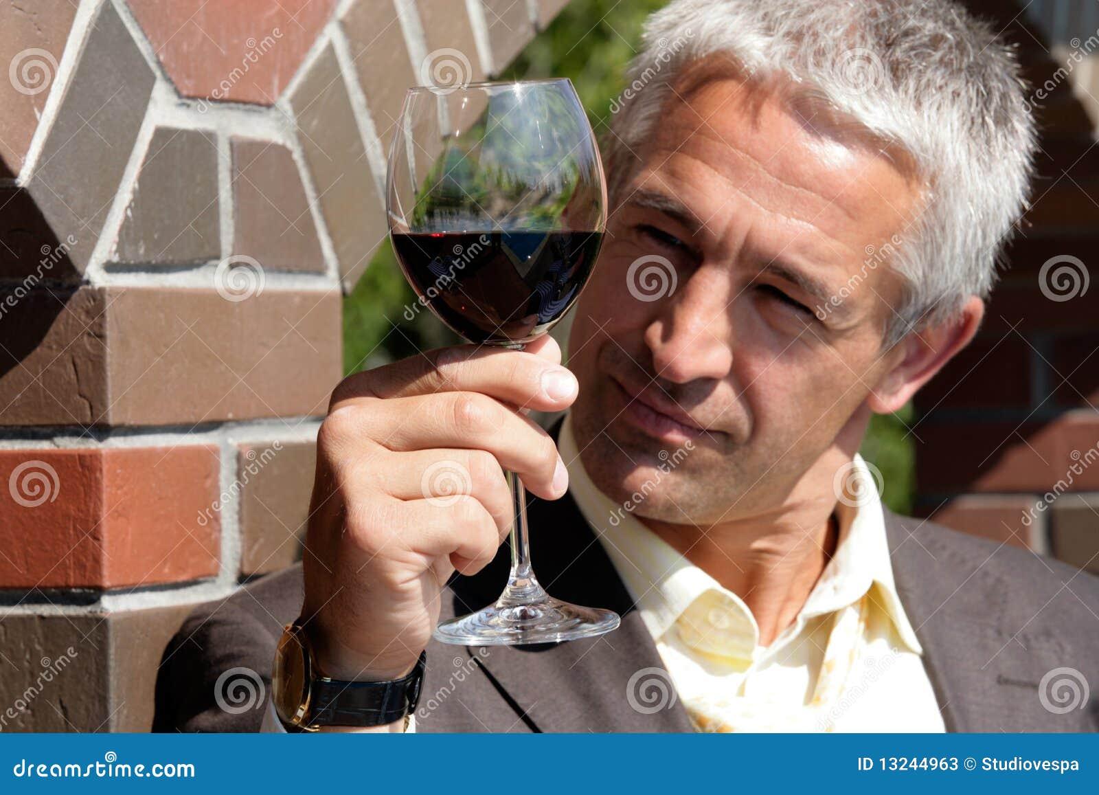 Glass manrött vin