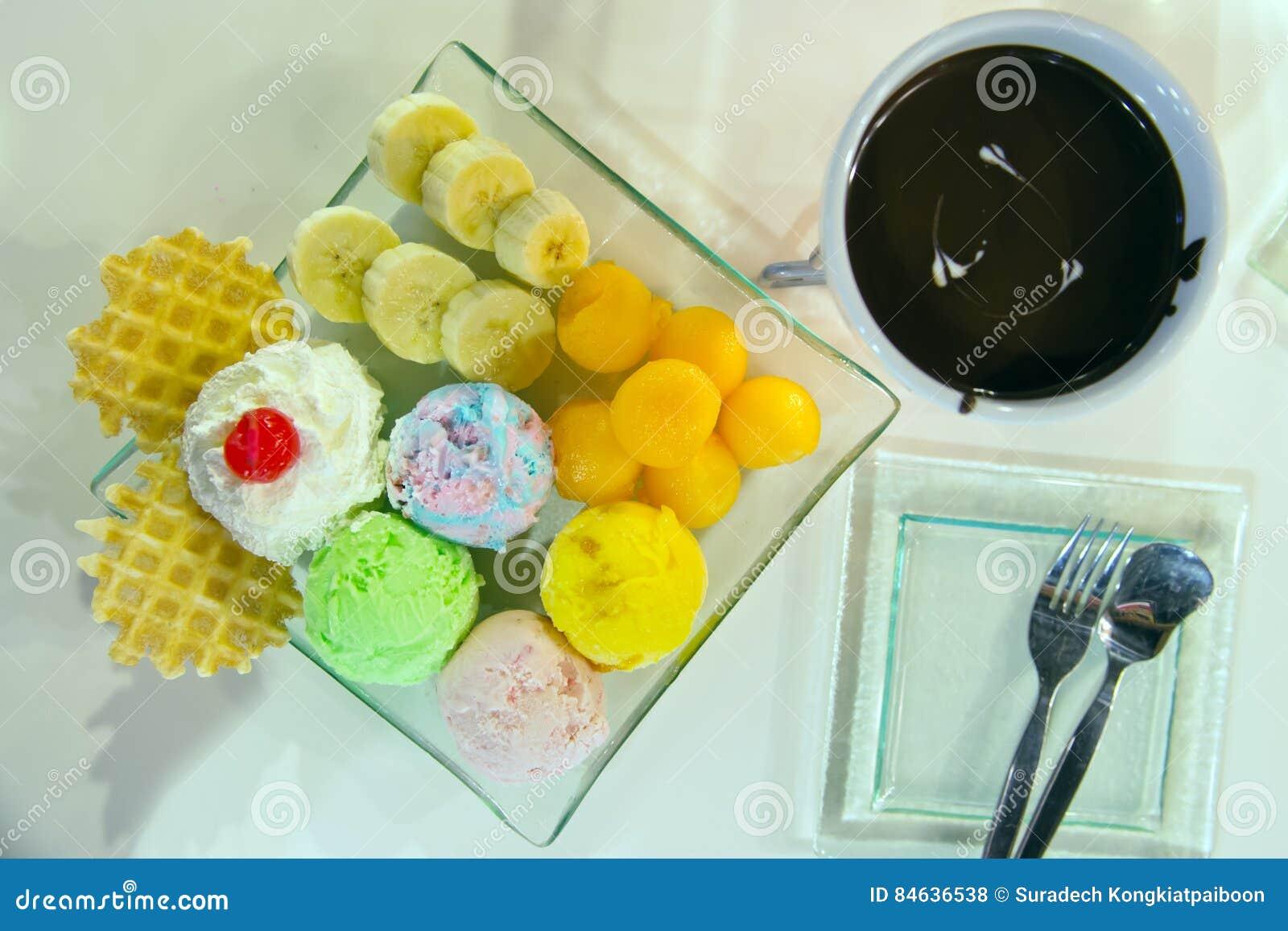 Glass med bäret, piskar kräm- som tjänas som med bananen, dillande och