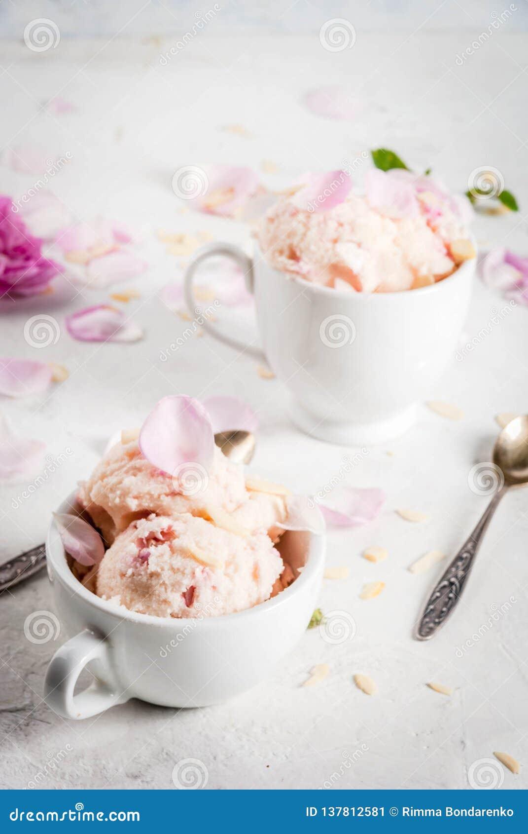 Glass med rosa kronblad
