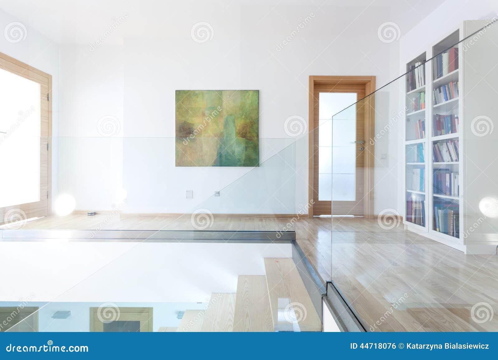 Glass och trätrappa i modern inre arkivfoto   bild: 44718076