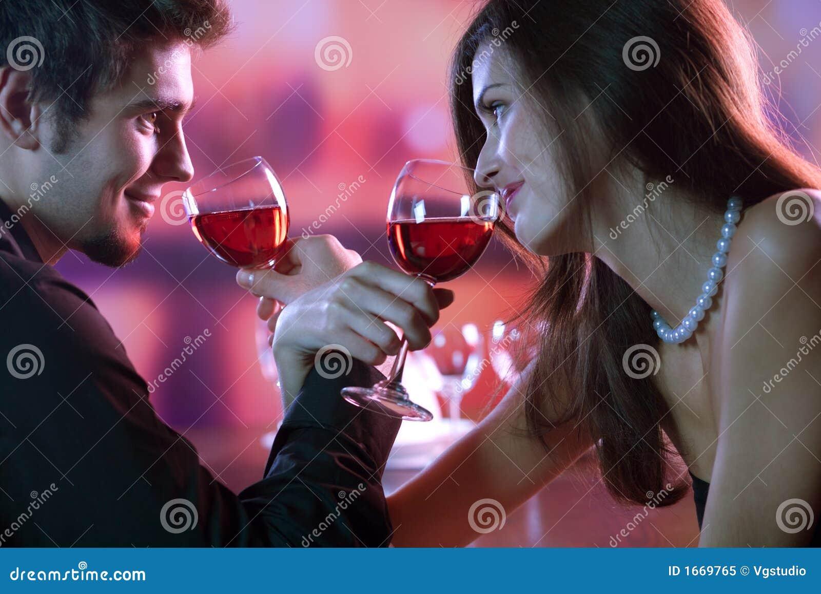 Glass röd restaurang för celebratpar som delar winebarn