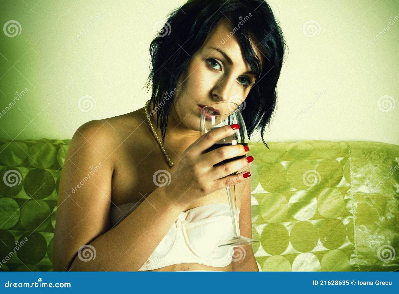 Glass rött vinkvinna