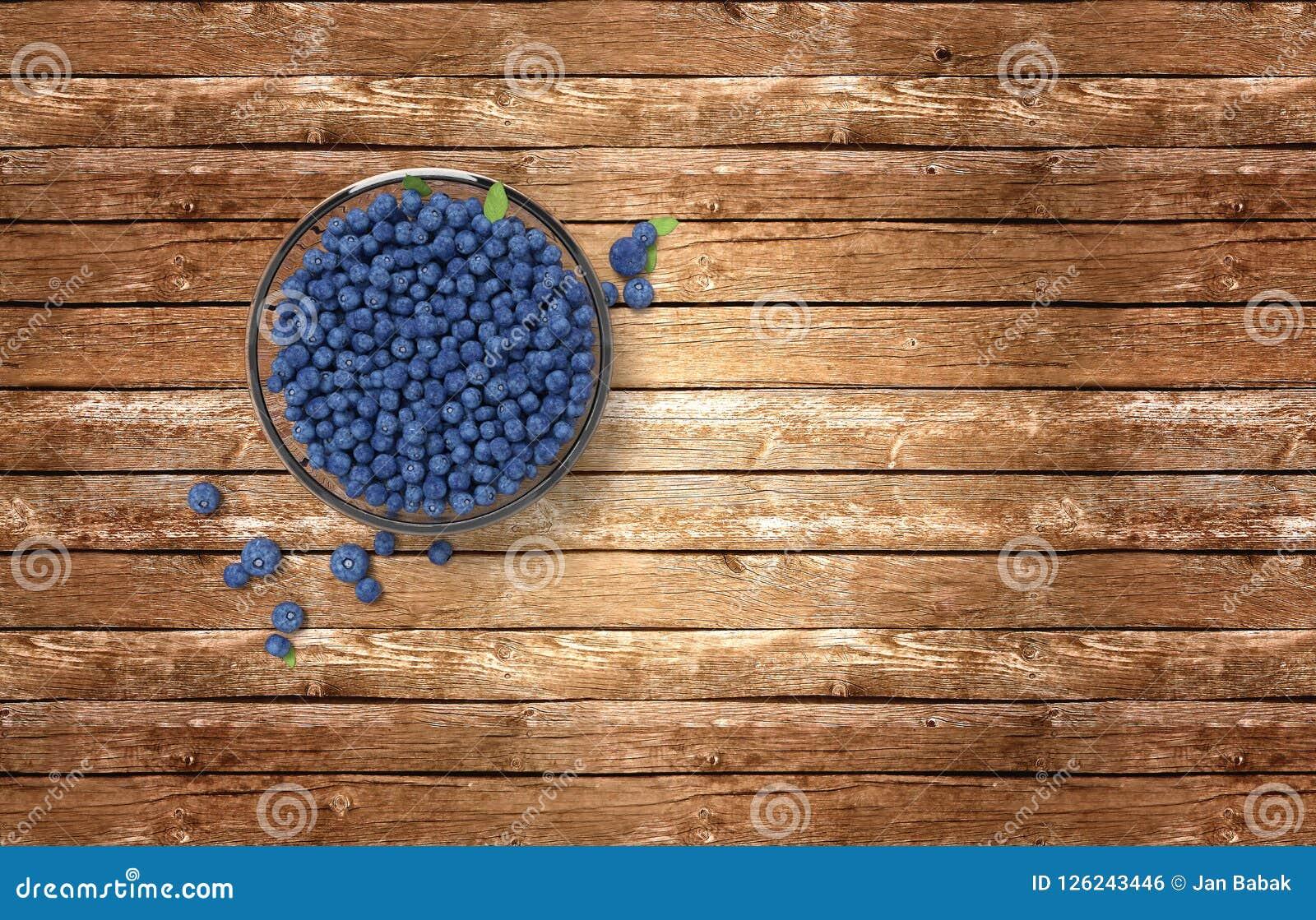 Glasschüssel voll Blaubeeren auf Holztisch