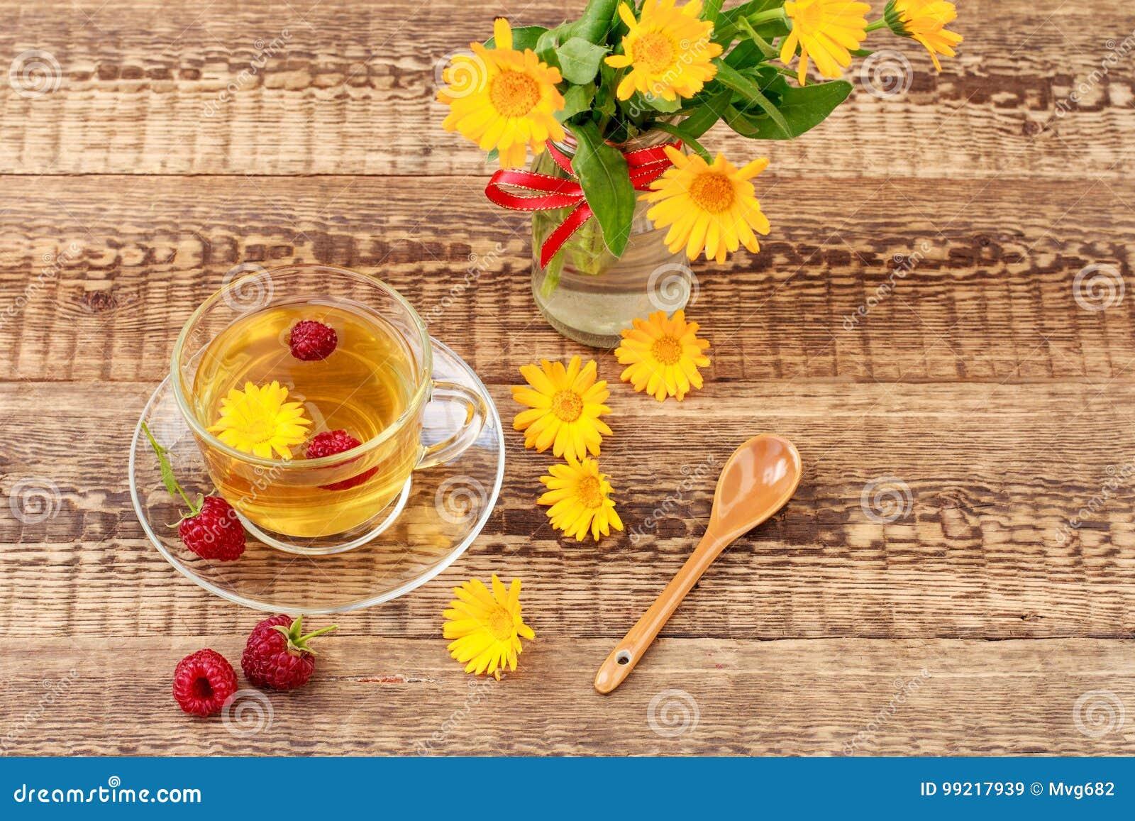 Glasschale Gruner Tee Mit Blumen Von Calendula Und Von Neuem Raspb