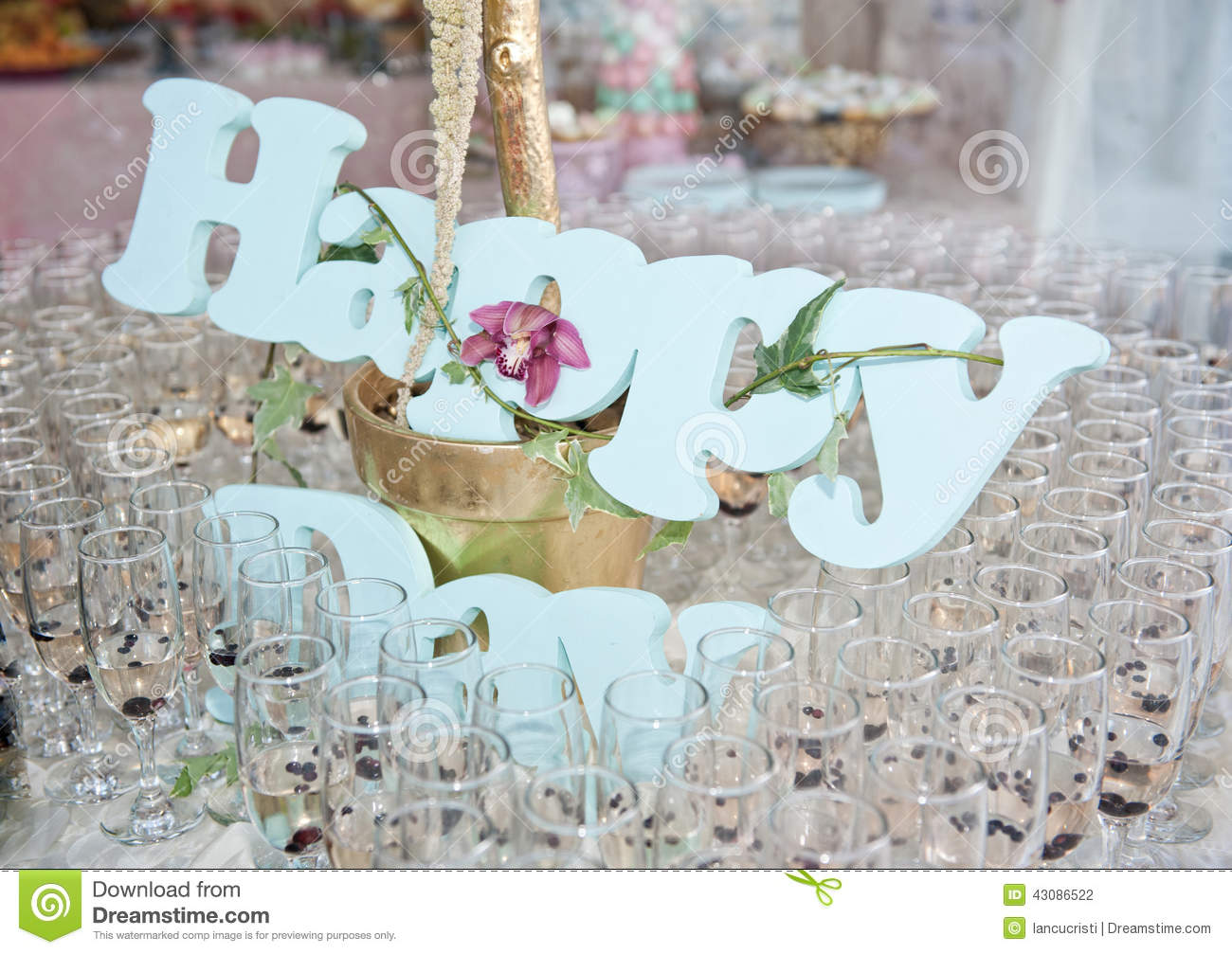 Glasses of champagne and happy decoration on festive table - Deco table campagne ...