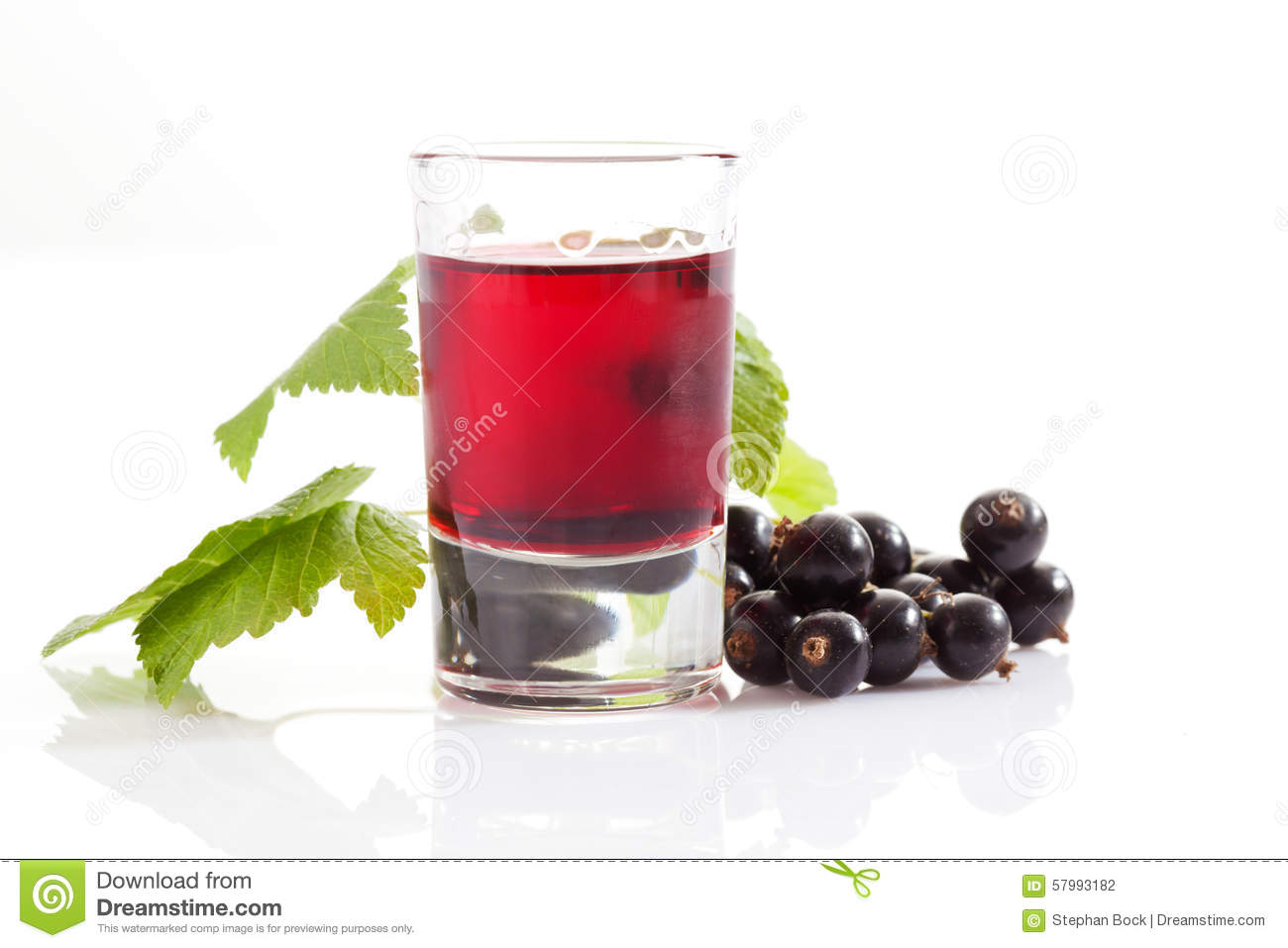 Glasses with genever, black currants