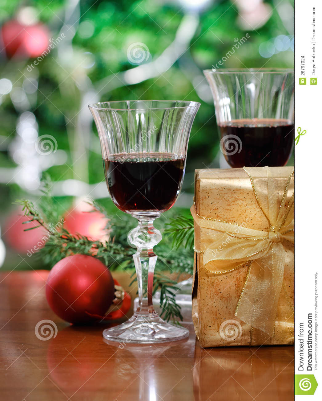 Christmas Decorations With Wine Glasses: Glasses Of Red Wine And Christmas Decorations Stock Images