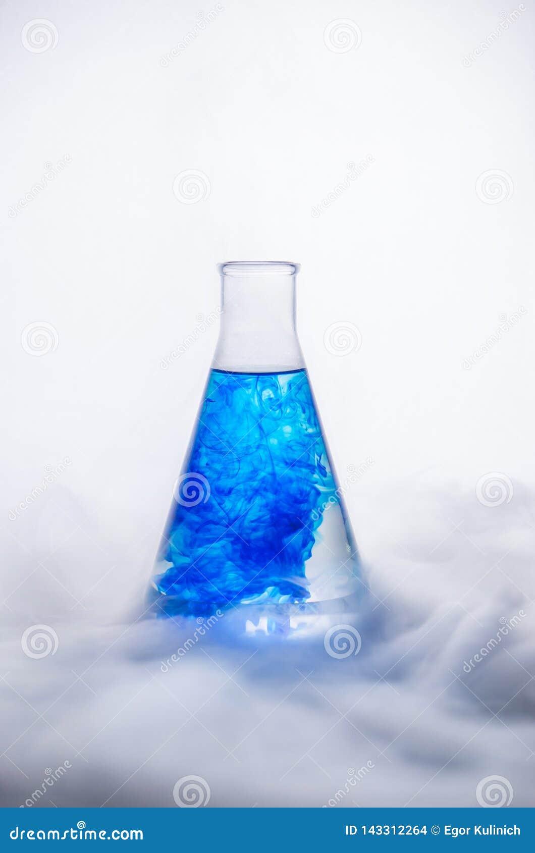 Glaswerk Het mengen van vloeistoffen LABORATORIUManalyse Chemische reactie