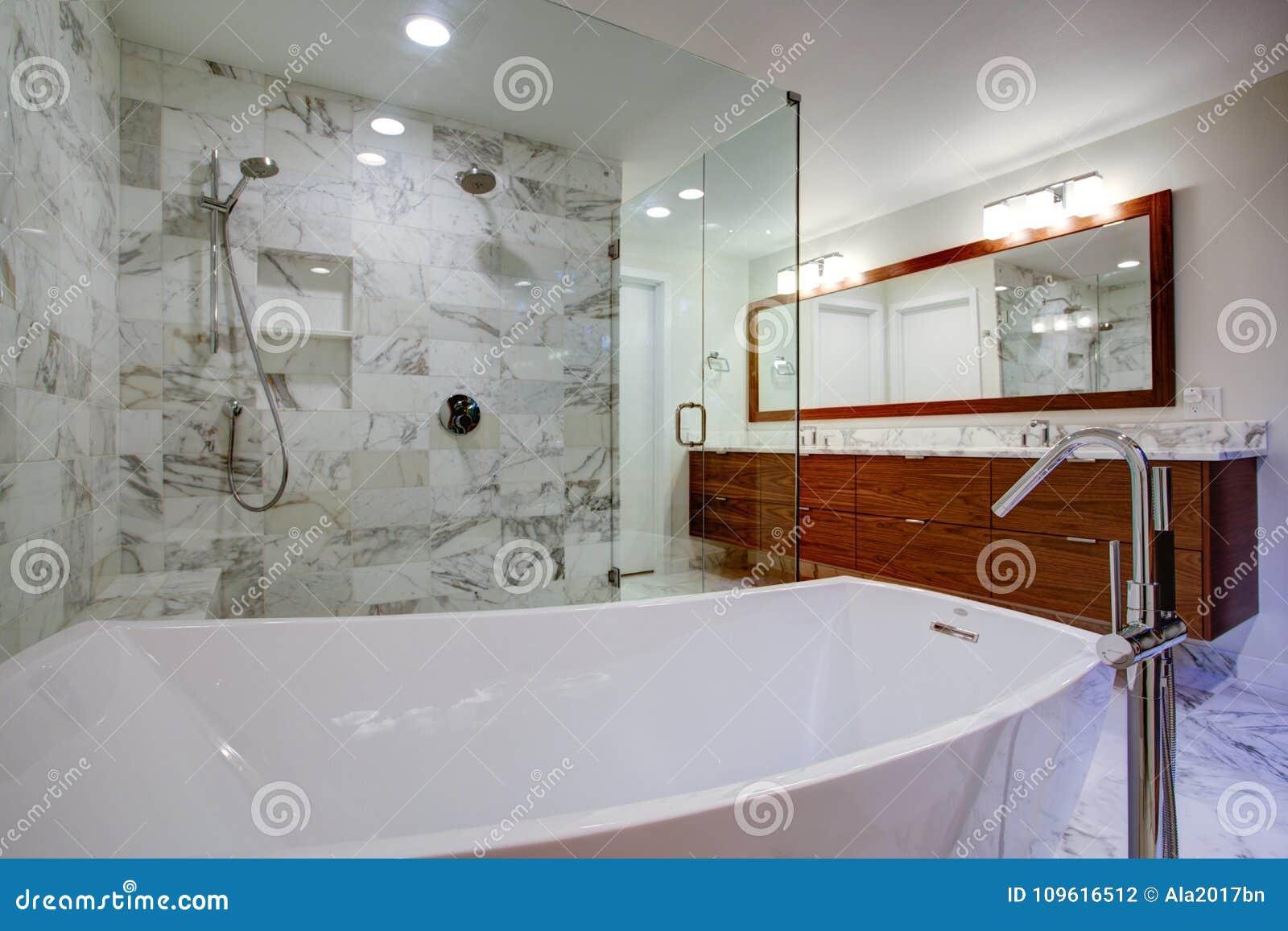 Glattes Badezimmer Mit Freistehender Badewanne Und Weg In ...