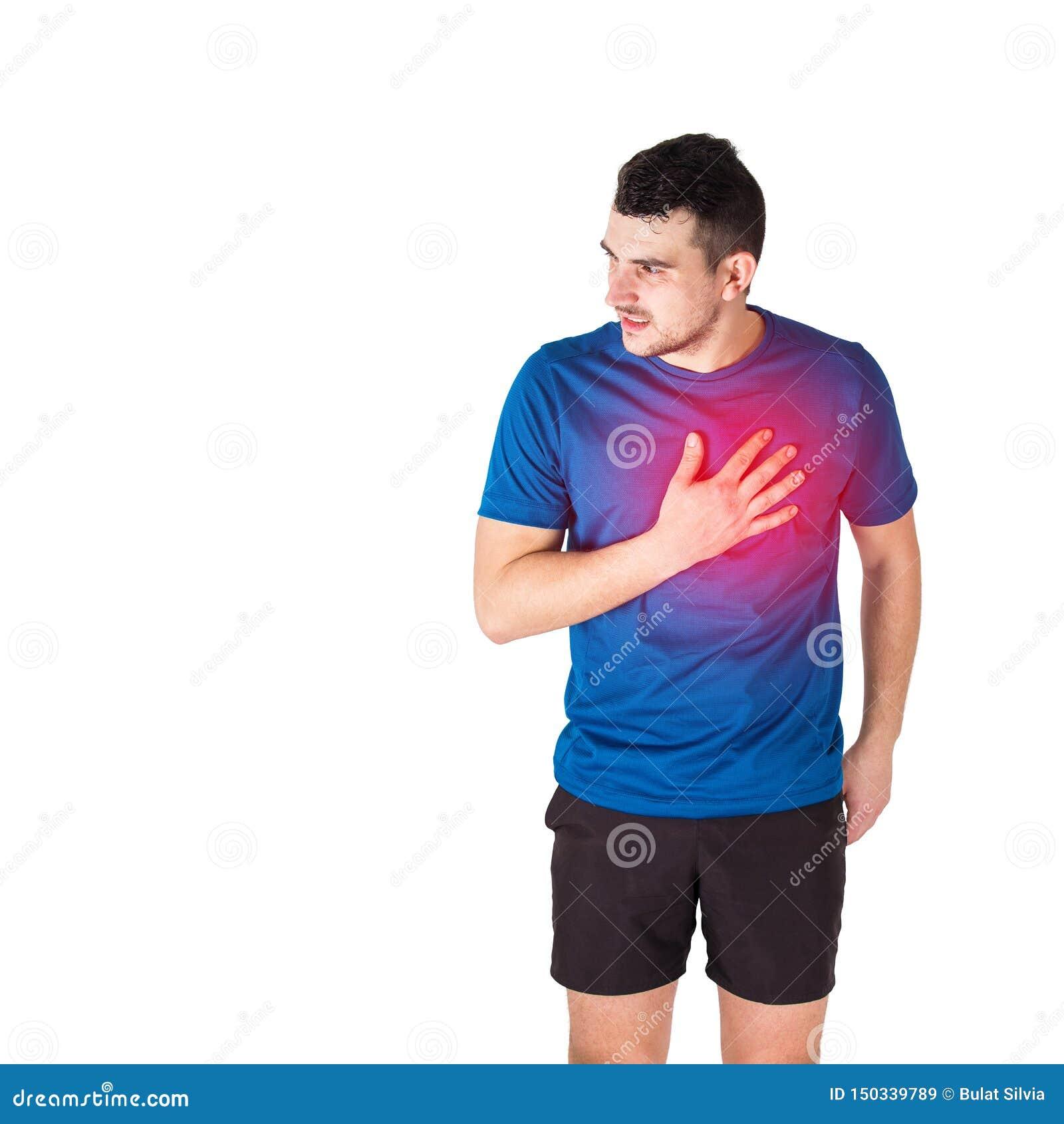 Glaubender Herzinfarkt des Athleten oder Schmerz in der Brust lokalisiert über weißem Hintergrund