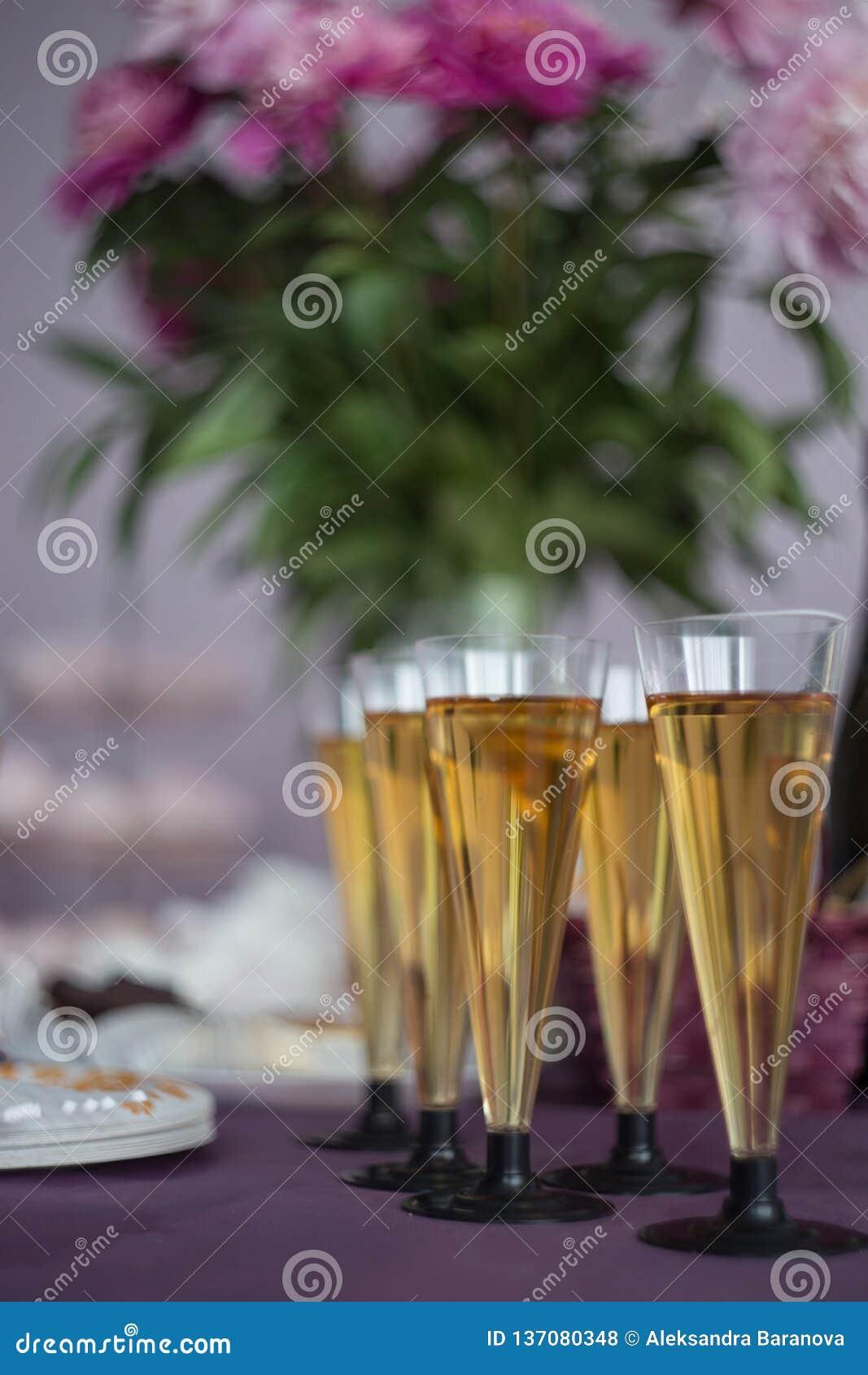 Glazen champagne, het feestelijke concept van de lijstdecoratie Nieuwjaar of Kerstmisconcept