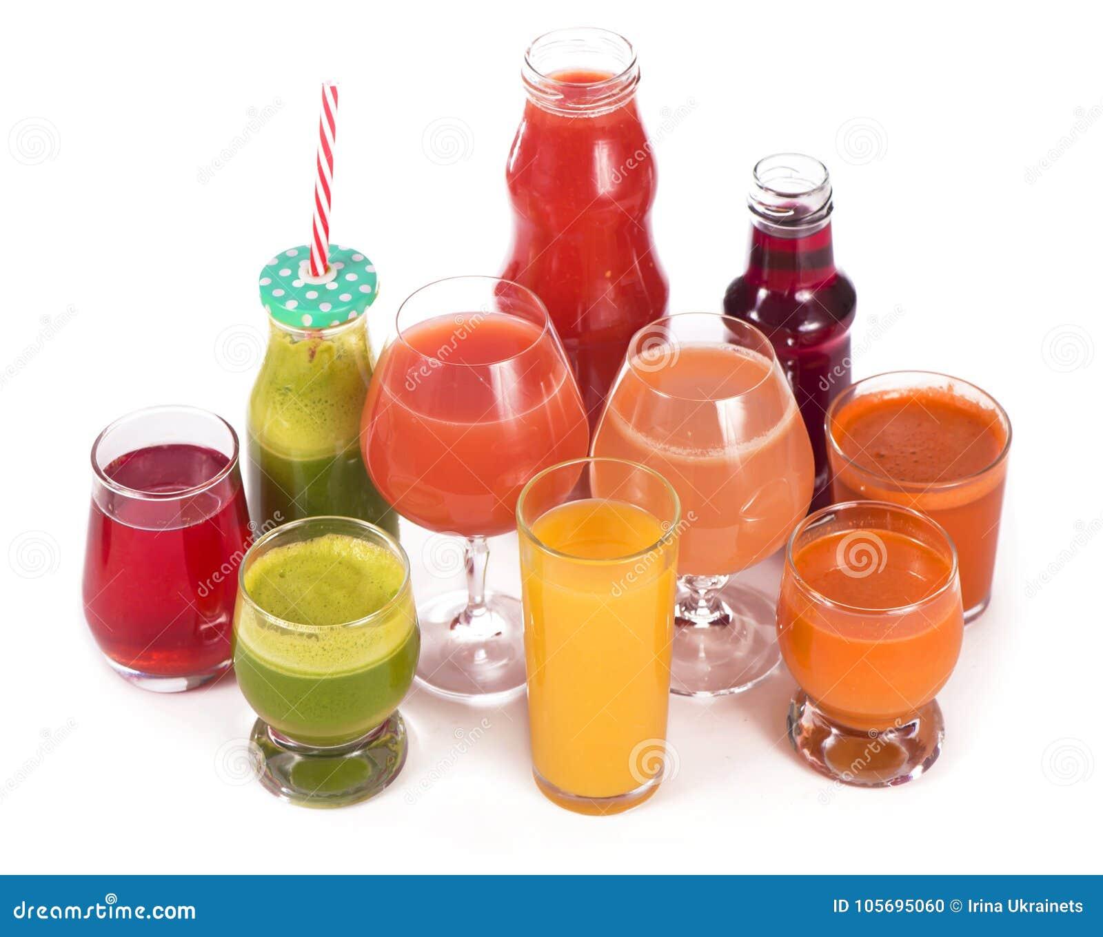 Glazen met verse organische die groente en vruchtensappen op wit worden geïsoleerd