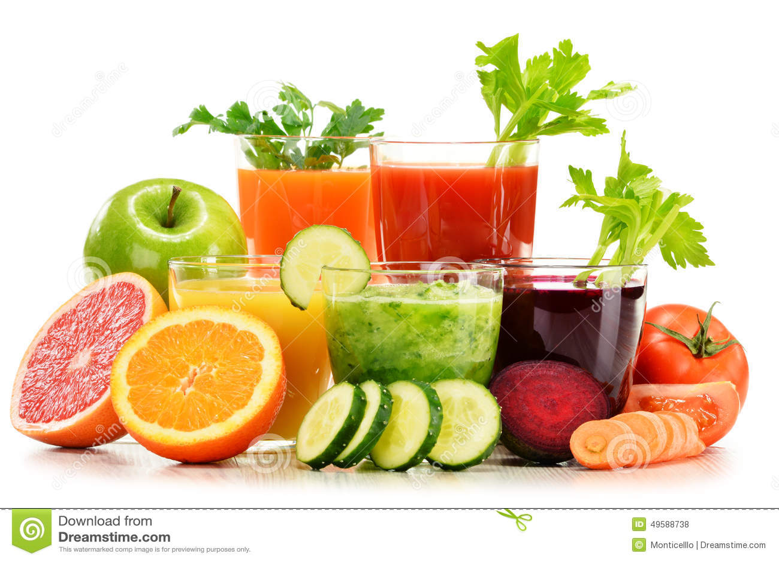 Glazen met verse organische groente en vruchtensappen op wit