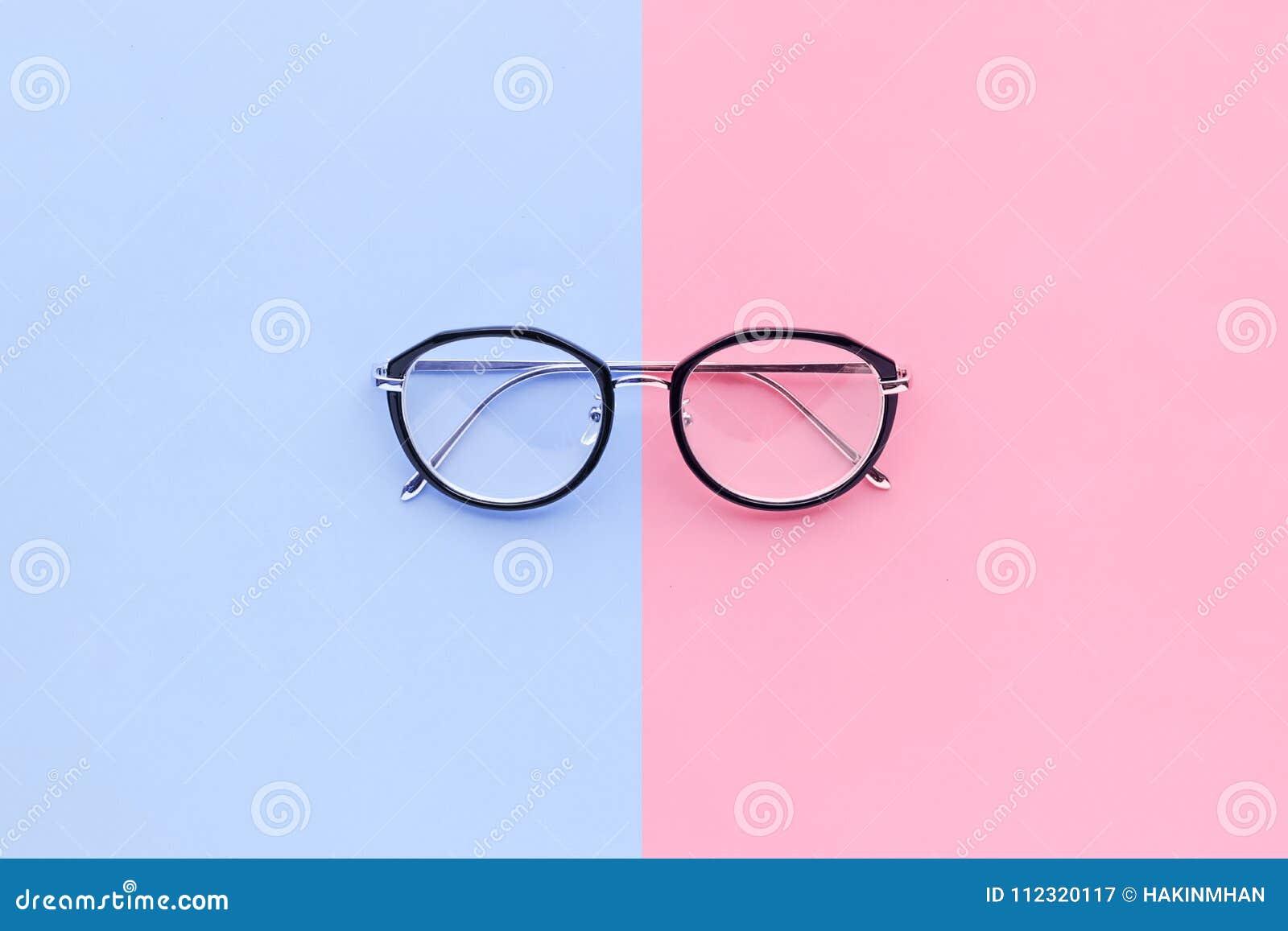 Glazen op de achtergrond van de twee kleurenpastelkleur Het concept van de vakantie