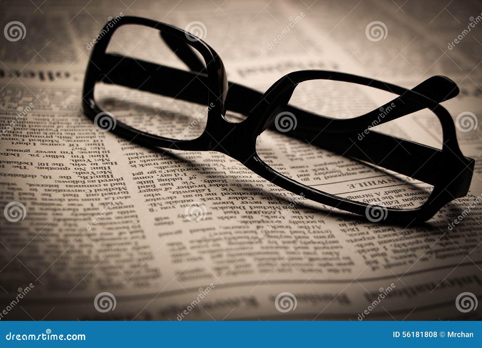 Glazen op krant