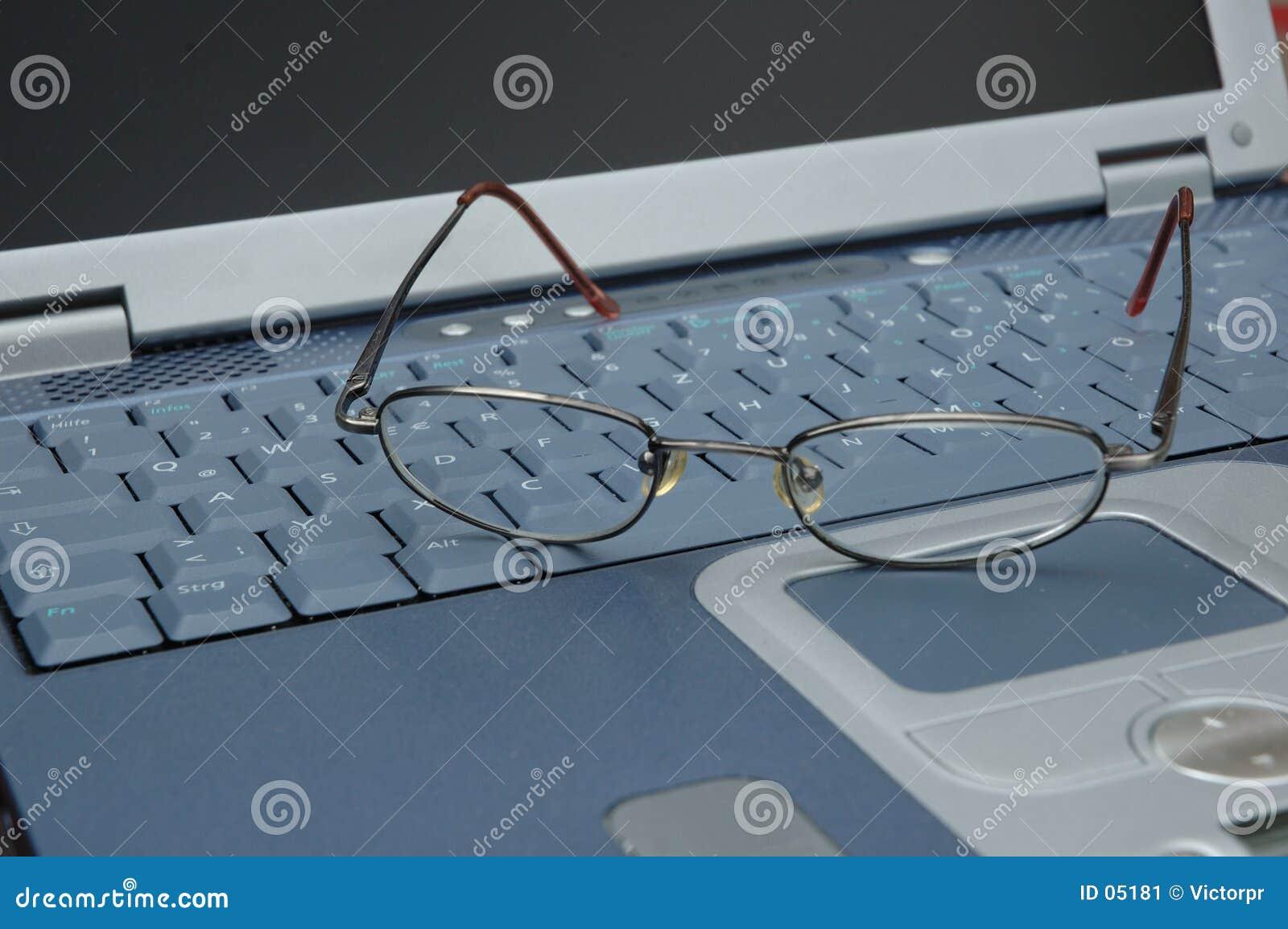 Glazen op toetsenbord