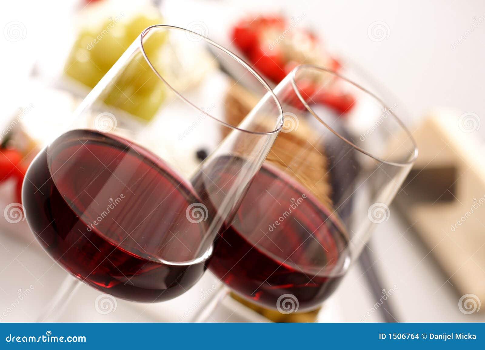 Glazen rode wijn met voorgerecht