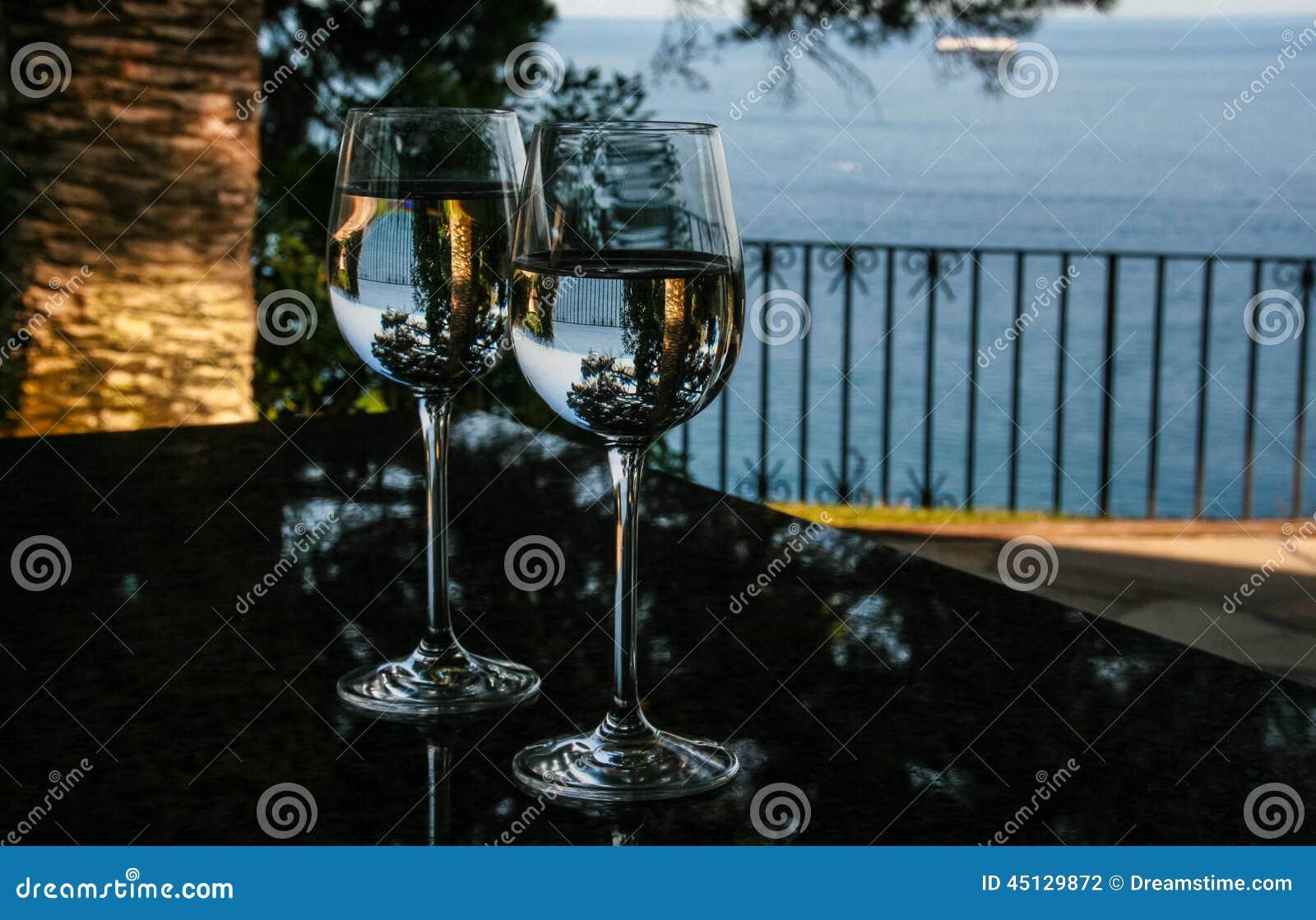 Glazen, water en pijnbomen